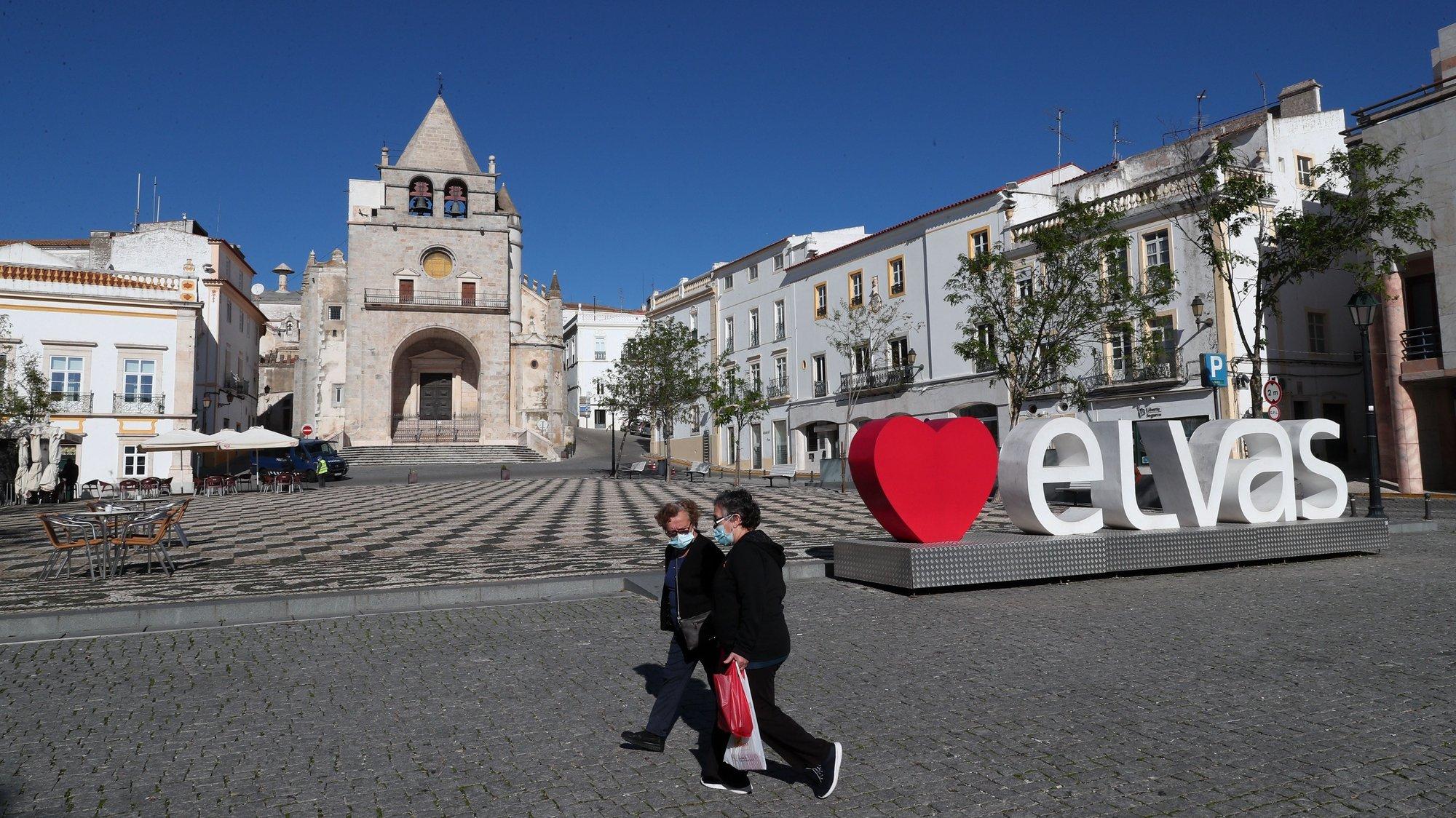"""Duas elvenses circulam na Praça da República, o coração do centro histórico de Elvas, habitualmente muito frequentada por turistas que agora praticamente desapareceram, Elvas, 20 de novembro de 2020. O comércio nesta cidade raiana passa por momentos difíceis devido à pandemia da covid-19, os clientes espanhóis """"evaporaram"""" e sem """"Badajoz à vista"""" podem vir a surgir encerramentos de espaços comerciais nos próximos meses. (ACOMPANHA TEXTO DE 21/11/2020). NUNO VEIGA/LUSA"""