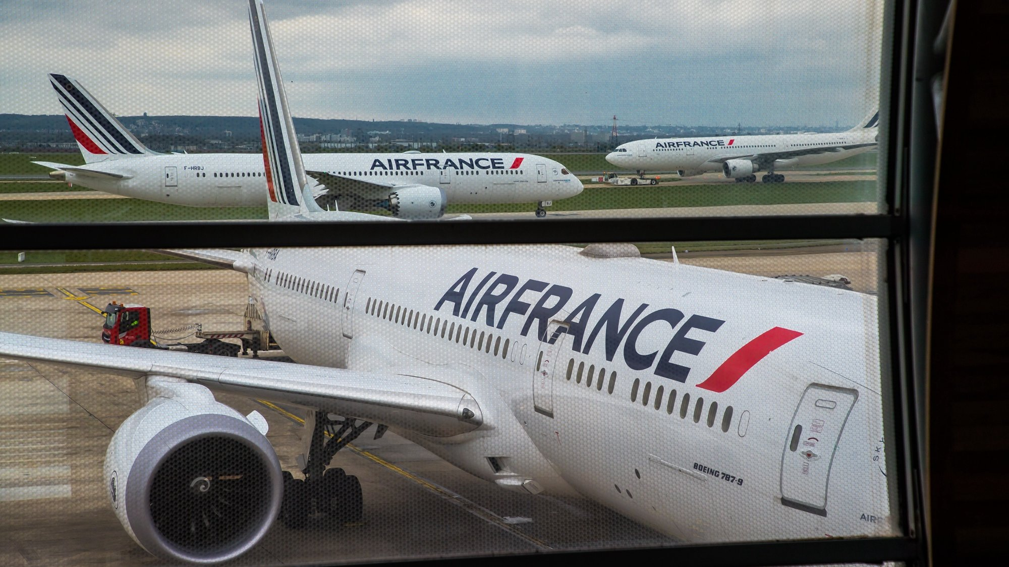 epa09130174 An Air France Boeing 787 bound for Bogota, Colombia,  awaiting loading  of Chinese vaccine SinoVac in Roissy Airport, near Paris, 11 April 2021 (issued 12 April 2021). Airline company Air France KLM Cargo, operated two flies to Cameroon and Colombia with a shipment of Chinese covid19 vaccines SinoPharm and SinoVac through its cargo area of Roissy airport (CDG).  EPA/CHRISTOPHE PETIT TESSON