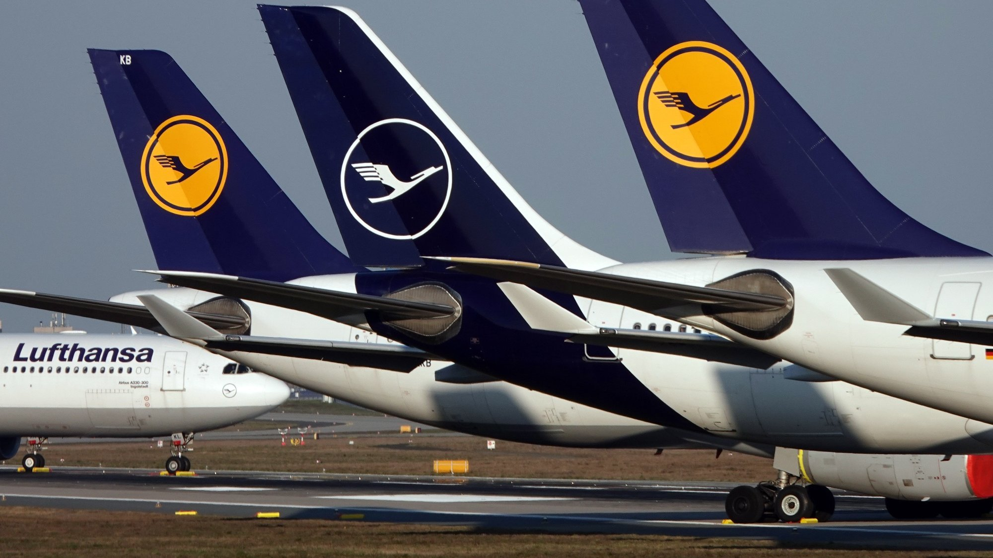 epa09050635 (FILE) Lufthansa passenger planes parked at Frankfurt airport's northern runway in Frankfurt, Germany, 25 March 2020 (reissued 04 March 2021). Lufthansa Group in a statement on 04 March 2021 reported a 5.5 billion euro operating loss in 2020, mostly due to the ongoing coronavirus Covid-19 pandemic.  EPA/MAURITZ ANTIN *** Local Caption *** 56475375