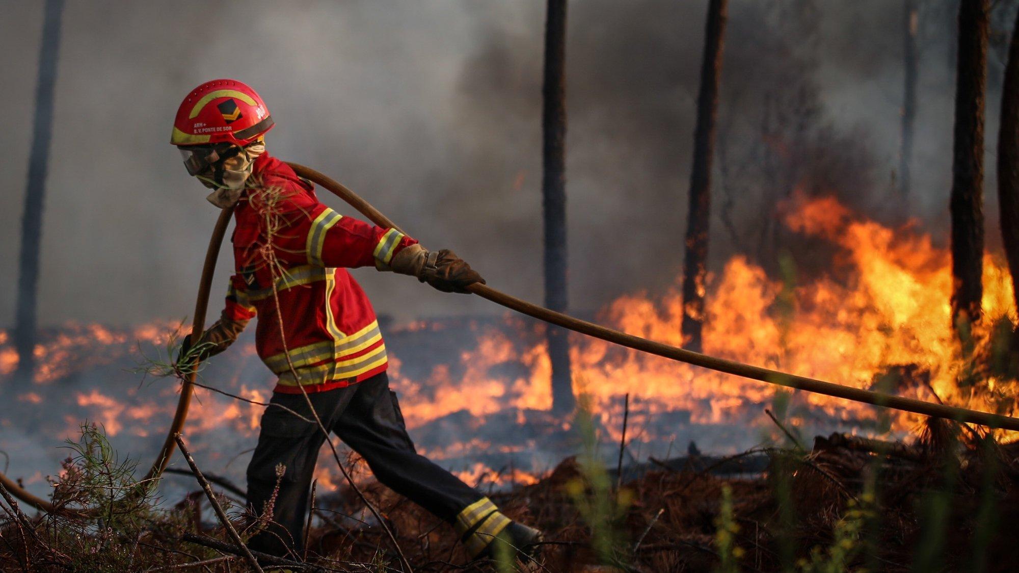 Um bombeiro durante o combate a um incêndio que lavra em Oleiros, Castelo Branco, 14 de setembro de 2020. O incêndio que deflagrou em Proença-a-Nova no domingo e que lavra hoje com intensidade em Oleiros já está próximo do Rio Zêzere, afirmou hoje o presidente da Câmara. Segundo a Autoridade Nacional de Emergência e Proteção Civil estão neste momento a combater o incêndio 1041 operacionais no terreno, apoiados por 343 veículos e oito meios aéreos. PAULO CUNHA /LUSA