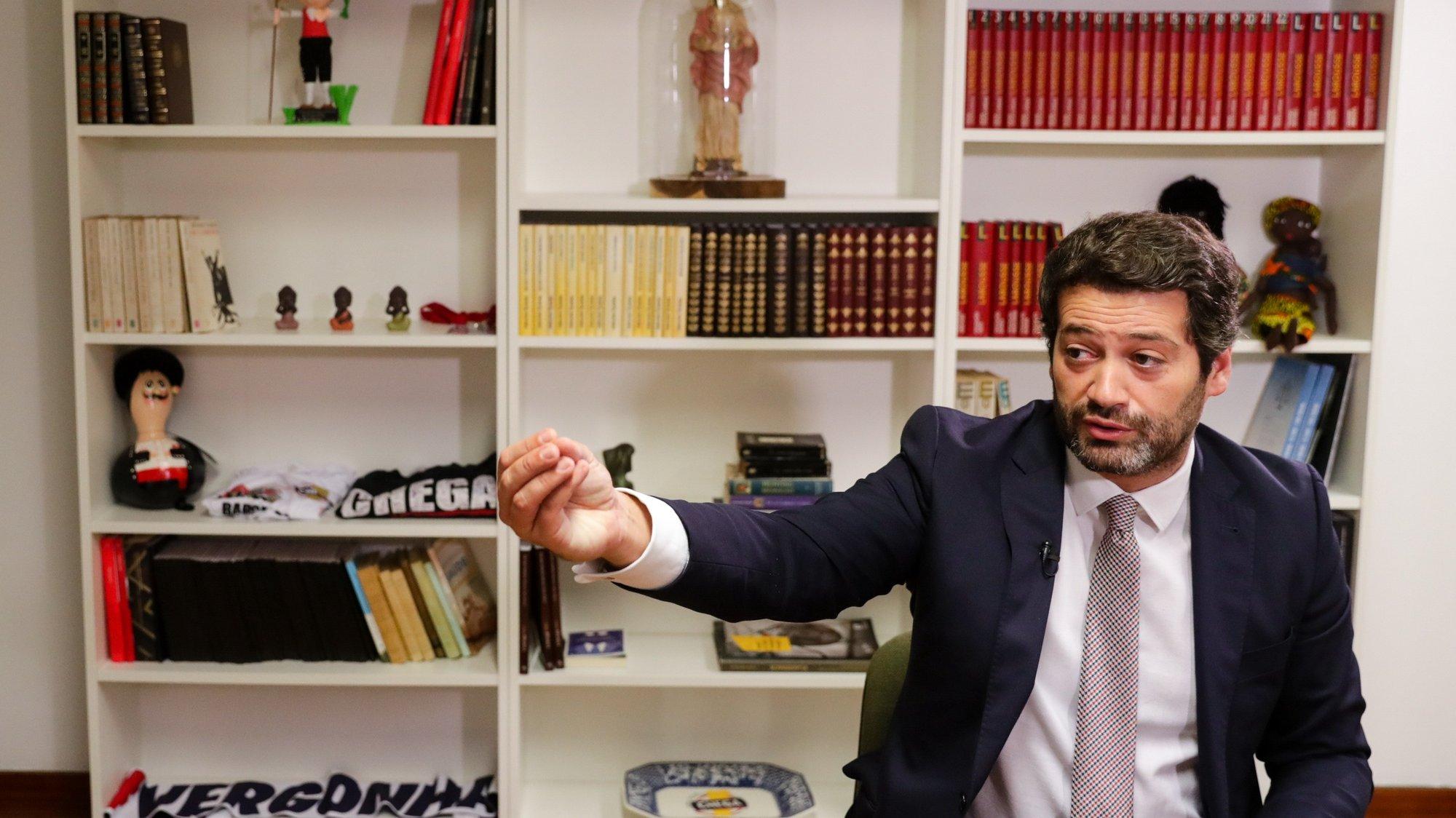 O presidente do Chega e candidato às eleições presidenciais de 2021, André Ventura, fala em entrevista à agência Lusa, na sede do seu partido em Lisboa, 11 de novembro de 2020. (ACOMPANHA TEXTO DA LUSA DO DIA 15 DE NOVEMBRO DE 2020). TIAGO PETINGA/LUSA