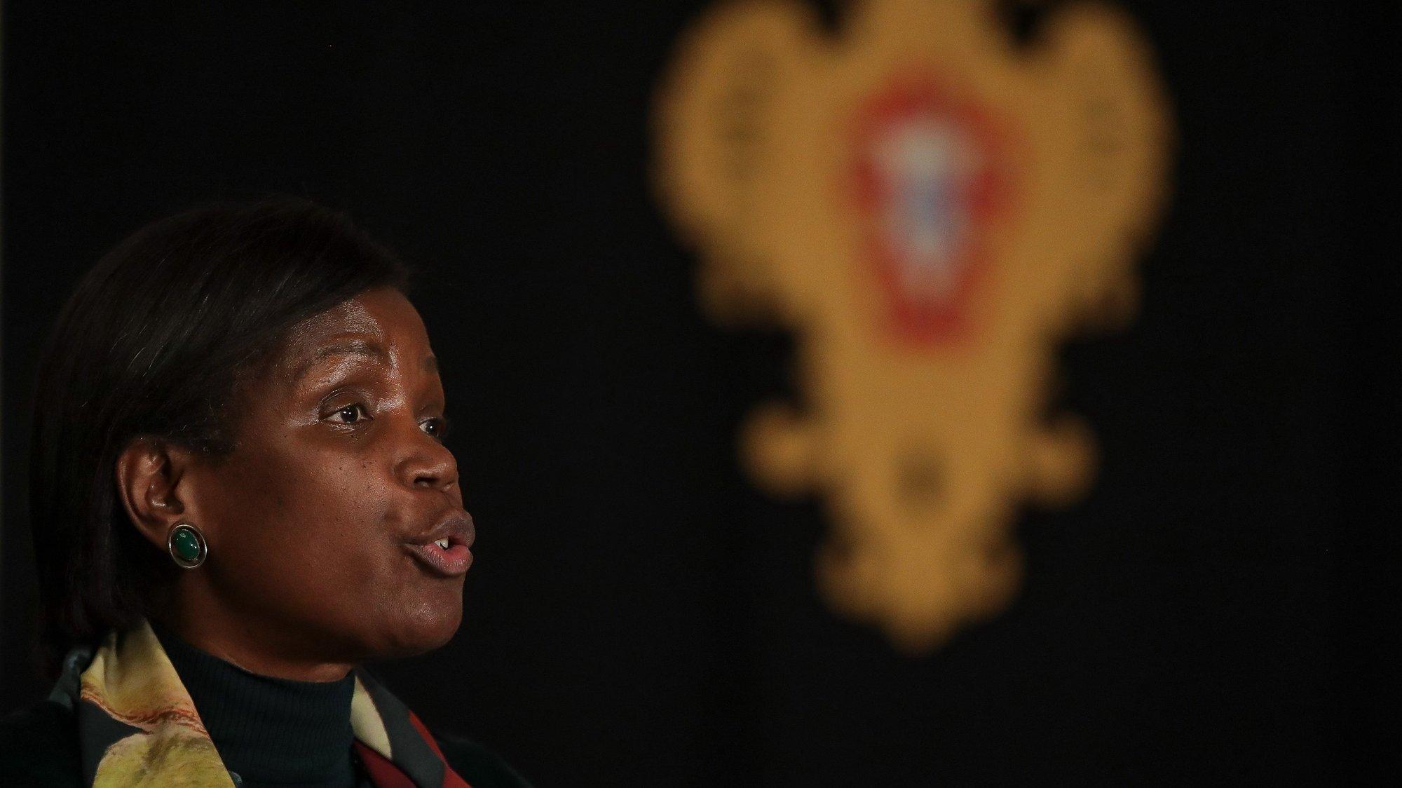 A ministra da Justiça, Francisca Van Dunem, fala aos jornalistas após a reunião com o Presidente da República, Marcelo Rebelo de Sousa (ausente da fotografia), sobre a situação pandémica nas prisões, no Palácio de Belém, em Lisboa, 23 de novembro de 2020. MÁRIO CRUZ/LUSA