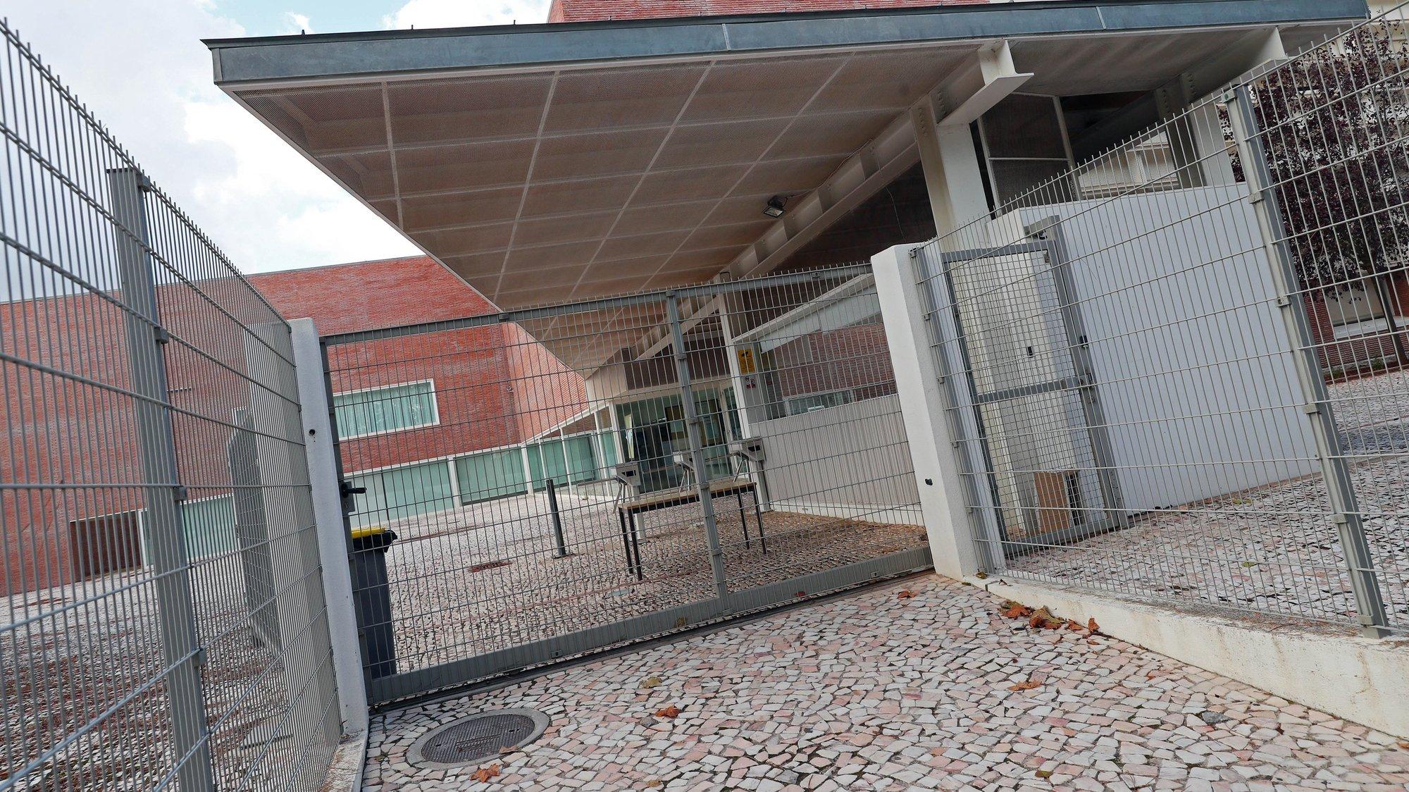 Entrada da Escola Secundária Públia Hortência de Castro, um dos estabelecimentos de ensino encerrados hoje em Vila Viçosa e no vizinho concelho de Borba, devido ao aumento de casos de covid-19 nas comunidades, em Vila Viçosa, 23 de outubro de 2020. NUNO VEIGA/LUSA