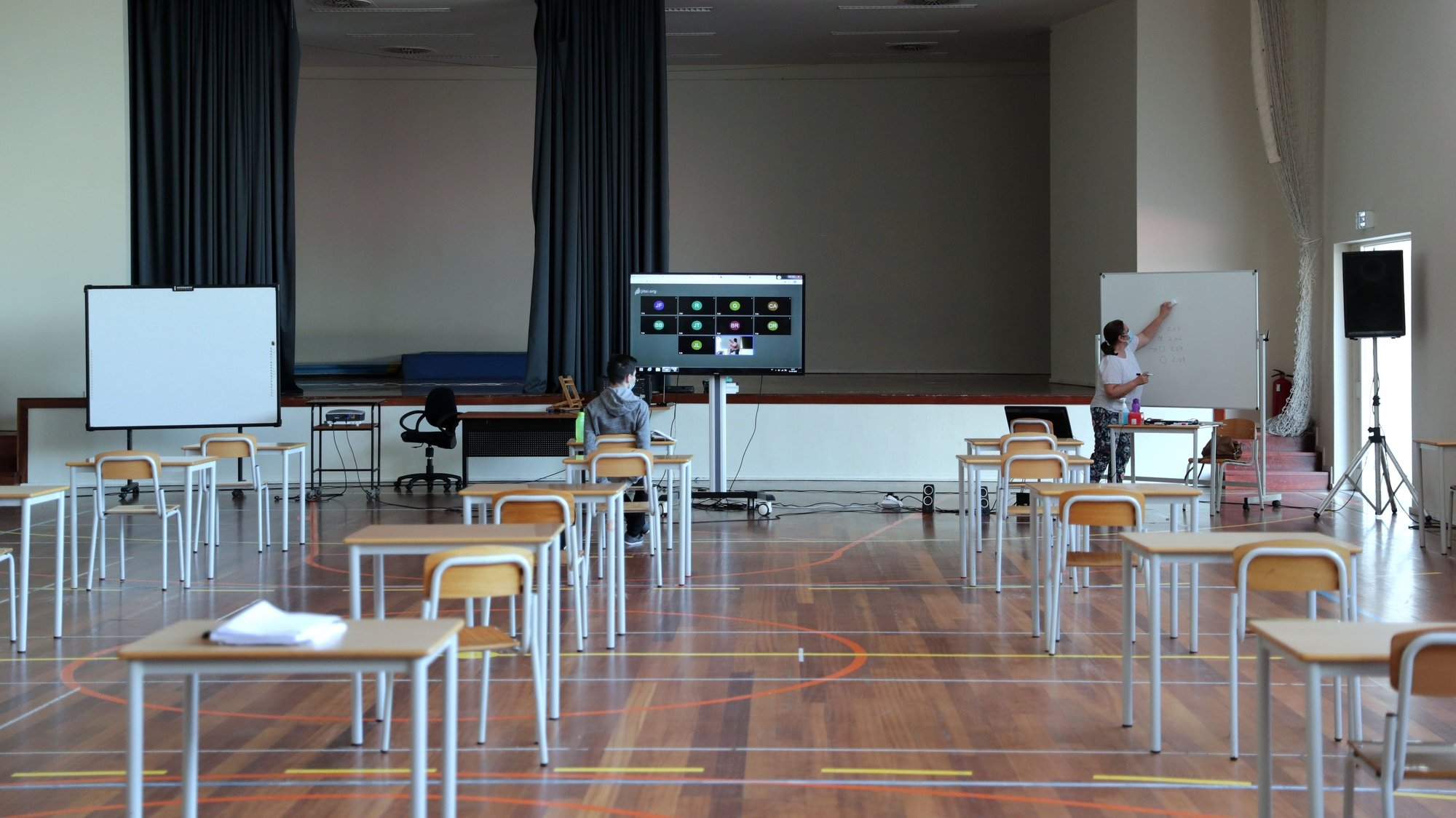 Aula do 11.º ano, no ginásio do Colégio Nossa Senhora da Esperança, no Porto, 01 de junho de 2020. ESTELA SILVA/LUSA