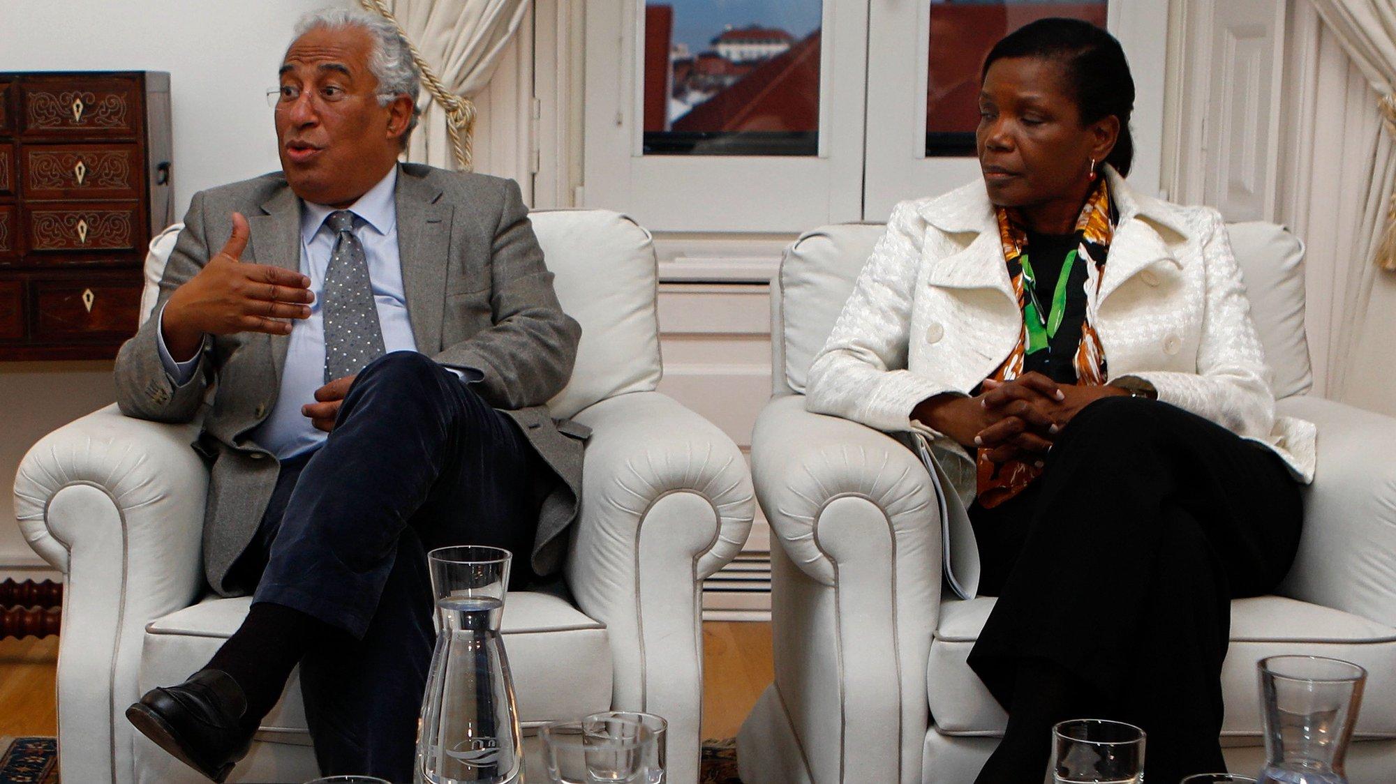 O Primeiro-Ministro António Costa (E), ladeado pela ministra da Justiça, Francisca Van Dunem (D), durante uma reunião no Palácio de São Bento com os membros do Conselho para a fixação de critérios de indemnização das vítimas de incêndios, em Lisboa, 21 de fevereiro de 2018. ANTÓNIO PEDRO SANTOS/LUSA