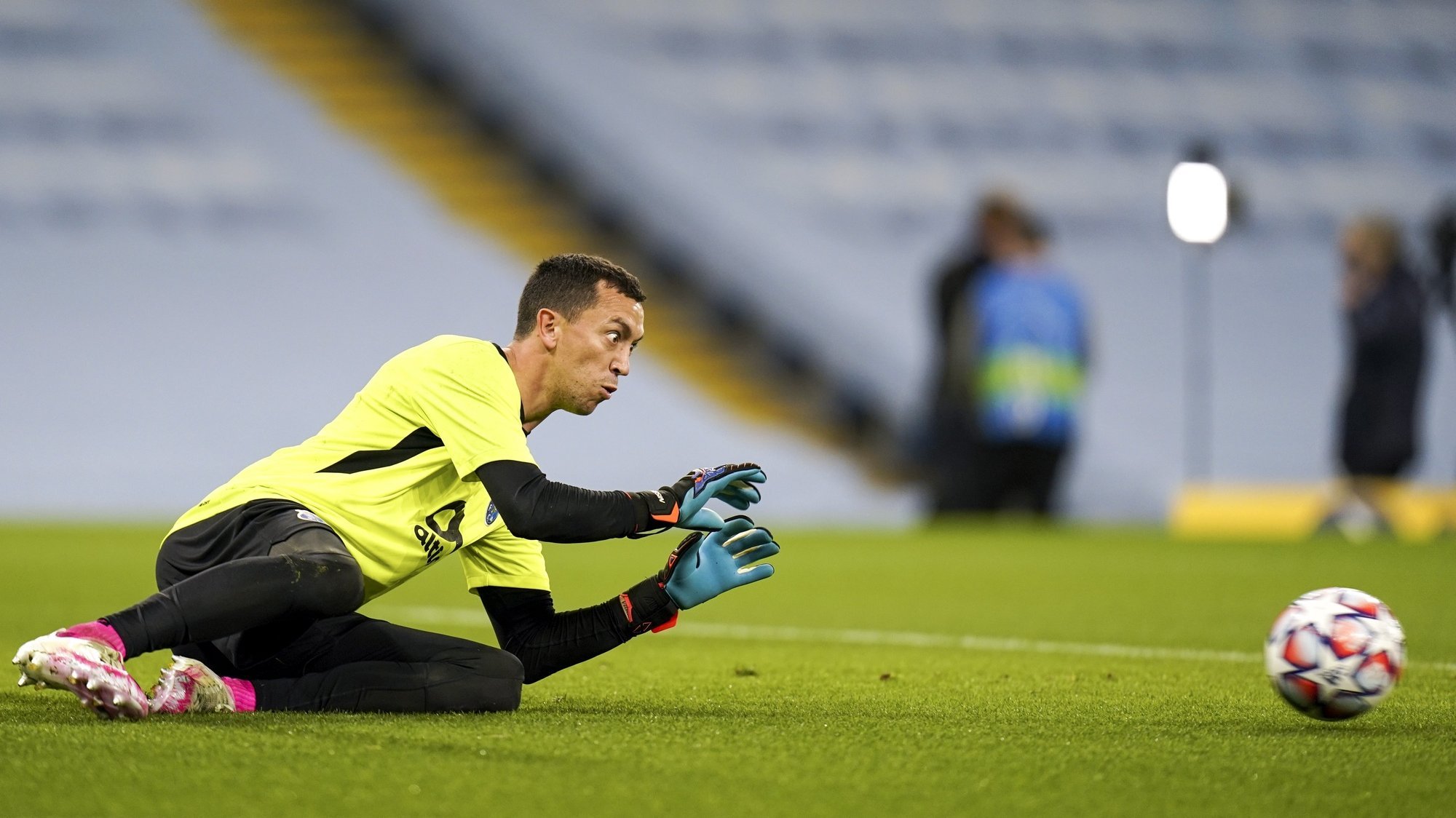epa08762850 Goalkeeper Agustin Marchesin of Porto warms up prior to the UEFA Champions League group C soccer match between Manchester City and FC Porto in Manchester, Britain, 21 October 2020.  EPA/Tim Keeton / POOL