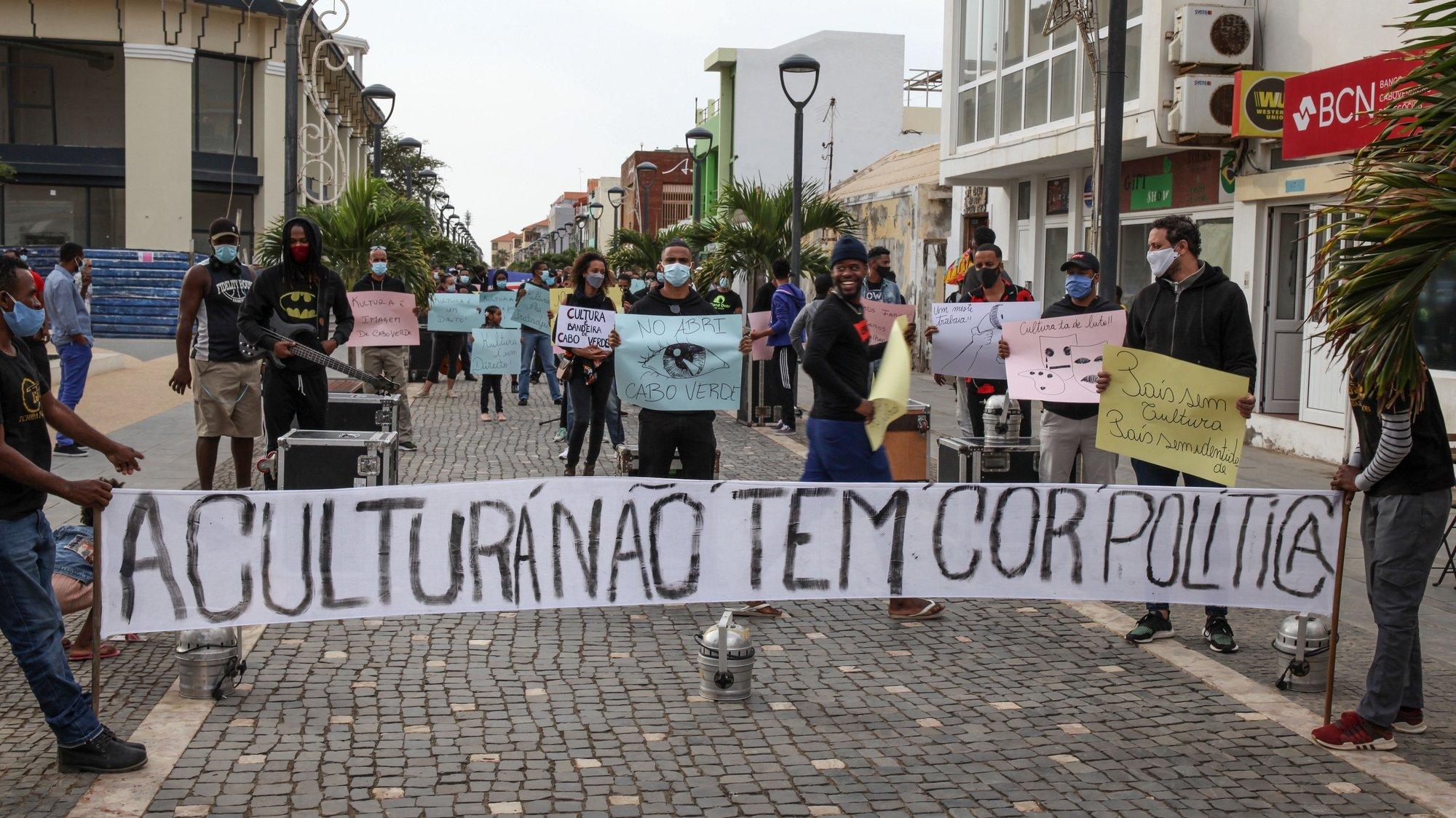 Artistas e trabalhadores da cultura durante um protesto para pedir apoios do governo para fazer face às dificuldades causada pela pandemia de covid-19, Sta Maria, Ilha do Sal, Cabo Verde, 14 de janeiro de 2021. FERNANDO DE PINA/LUSA