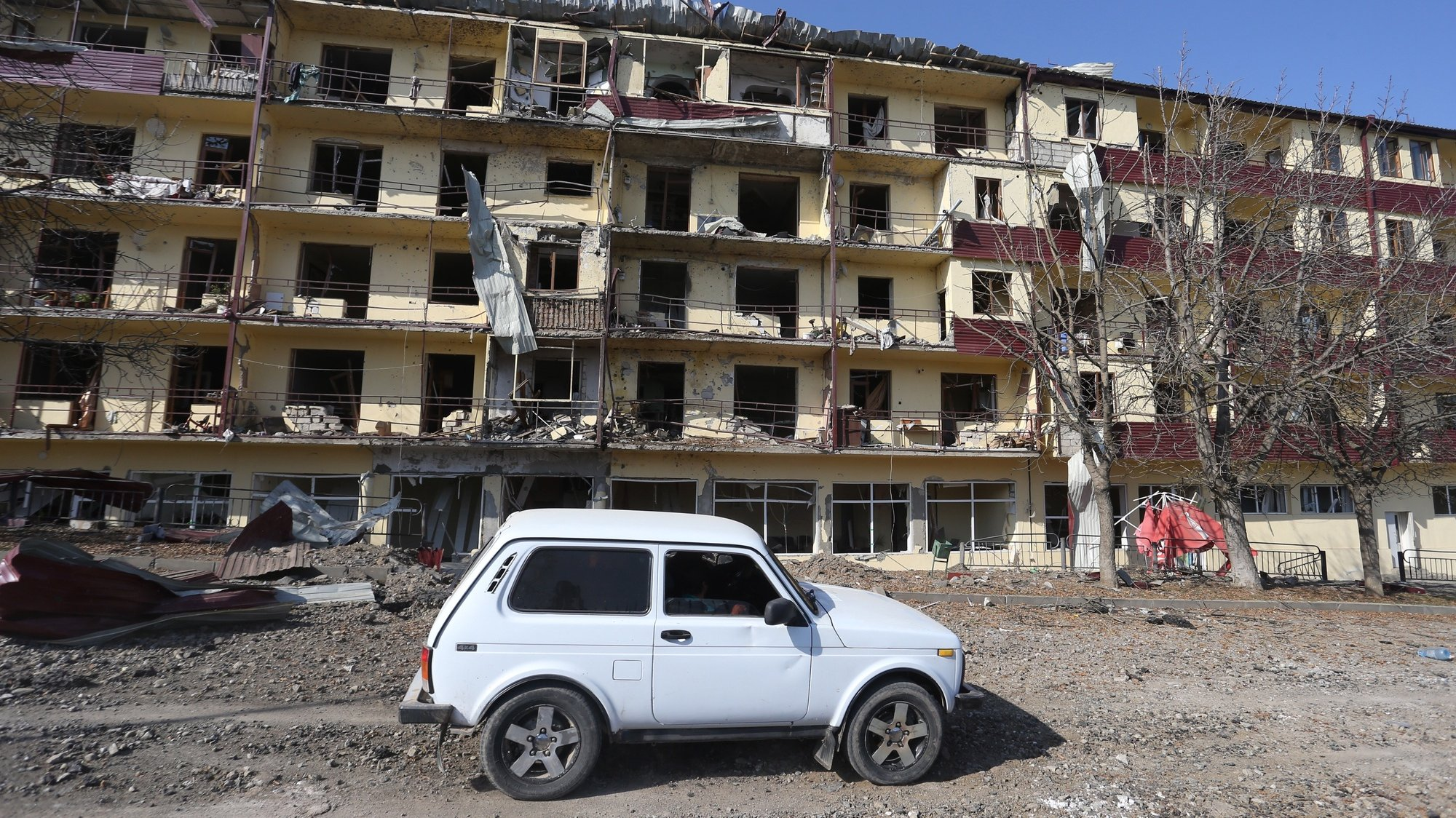 epa08782820 A view of a damaged house in the town of Shushi (another spelling Shusha) in the Nagorno-Karabakh Republic, 29 October 2020, after allegedly Azerbaijani shelling. Armed clashes erupted on 27 September 2020 in the simmering territorial conflict between Azerbaijan and Armenia over the Nagorno-Karabakh territory along the contact line of the self-proclaimed Nagorno-Karabakh Republic (also known as Artsakh).  EPA/HAYK BAGHDASARYAN /PHOTOLURE