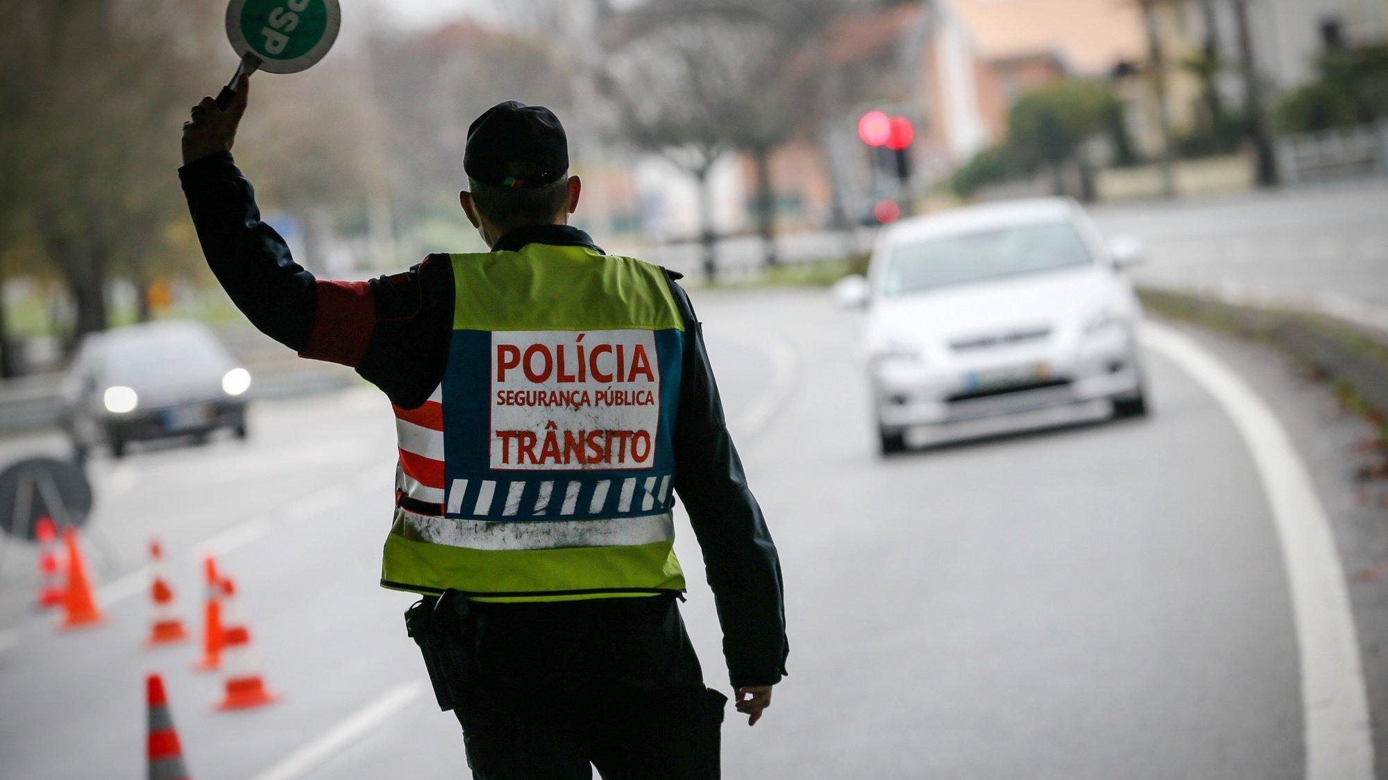 Agentes da Policia de Segurança Pública (PSP) controlam o tráfego rodoviário na Circunvalação durante o recolher obrigatório do estado de emergência no âmbito das medidas de contenção da covid-19, Porto, 15 novembro 2020. O Presidente da República, Marcelo Rebelo de Sousa, decretou o estado de emergência em Portugal, por 15 dias para permitir medidas de contenção da covid-19. JOSÉ COELHO/LUSA
