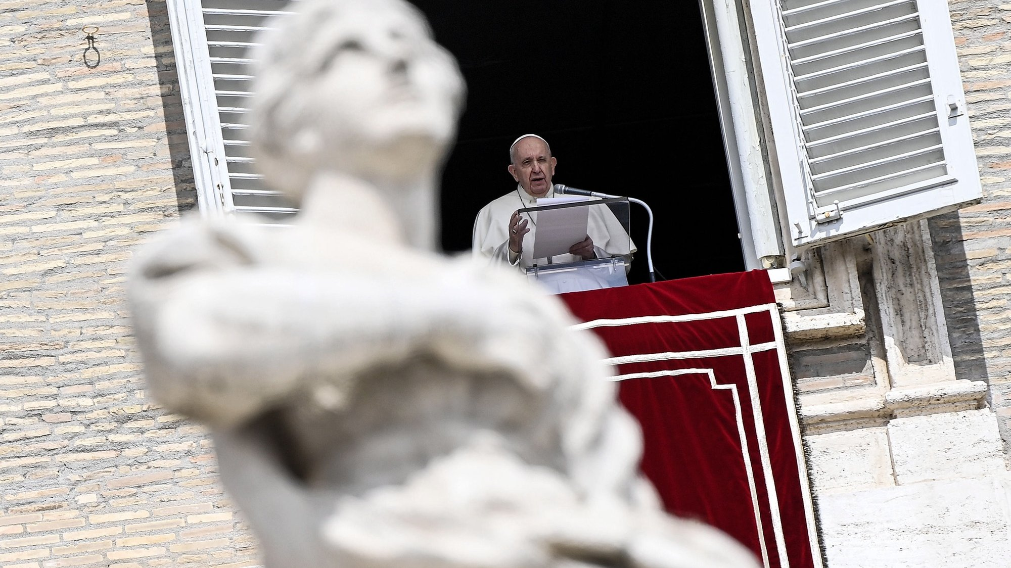 epa09142674 Pope Francis leads his Regina Coeli prayer from the window of his office overlooking Saint Peter's Square, Vatican City, Italy, 18 April 2021.  EPA/RICCARDO ANTIMIANI