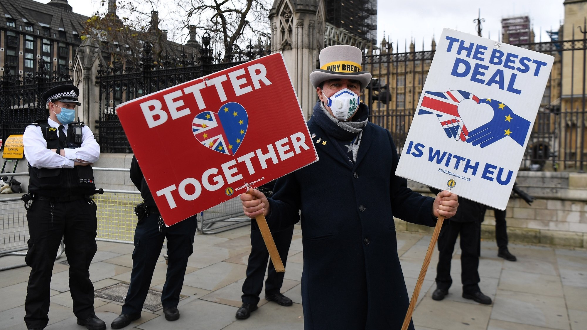 epa08813272 A pro EU demonstrator protests outside parliament during Brexit talks in London, Britain, 11 November 2020. Brexit negotiations are continuing in London ahead of a looming deadline.  EPA/ANDY RAIN