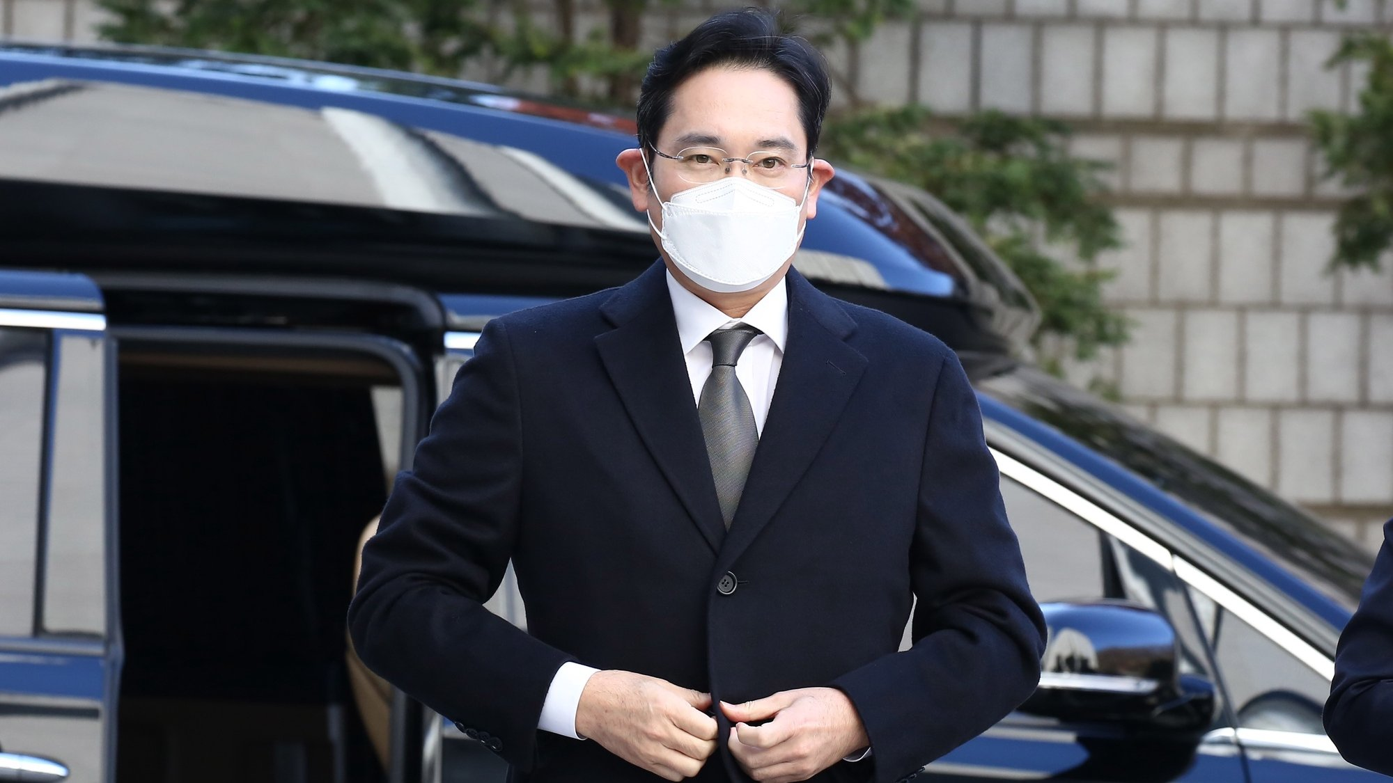 epa08852325 Lee Jae-yong, vice chairman of Samsung Group, arrives to attend a court hearing to review at the Seoul High Court in Seoul, South Korea, 30 November 2020.  EPA/KIM CHUL-SOO