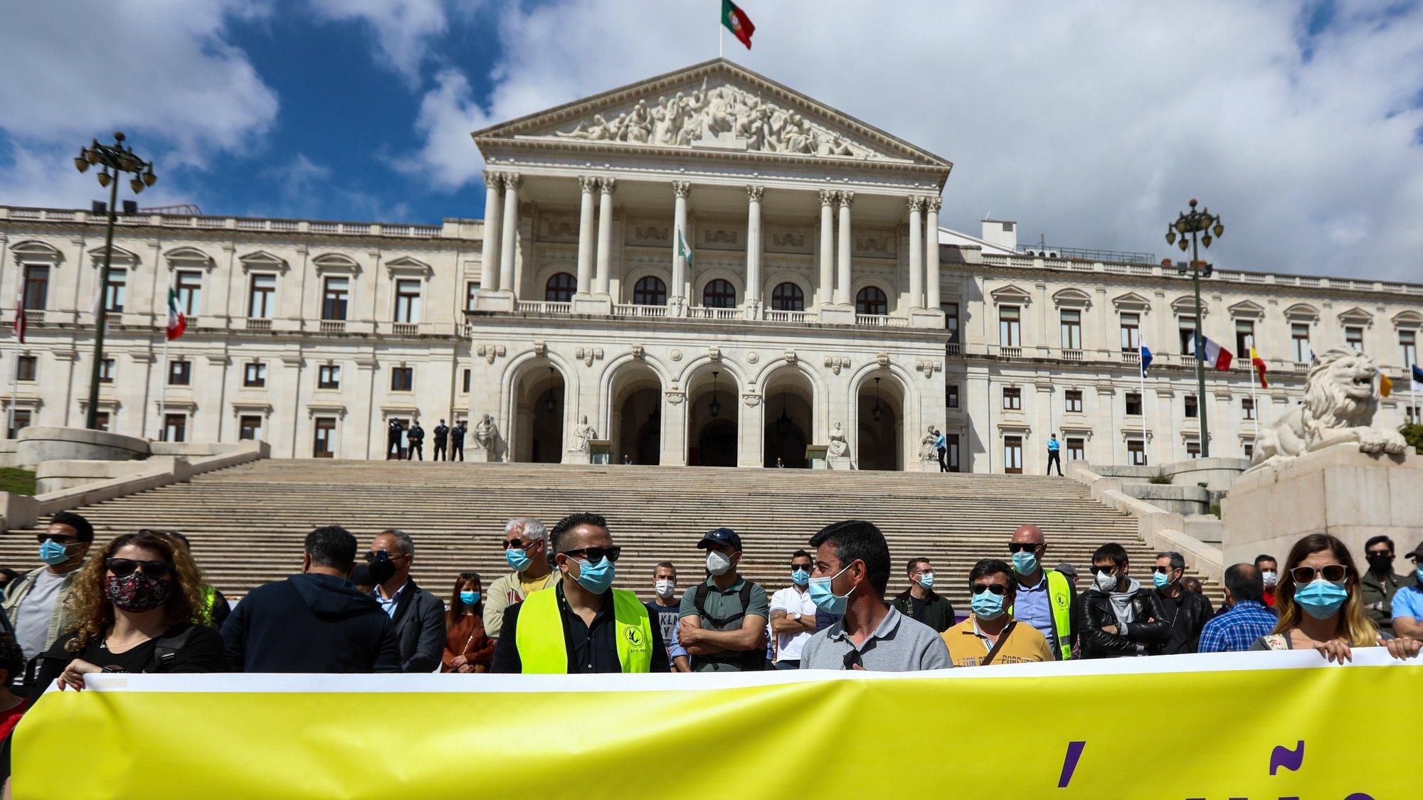 Inspetores do Serviço de Estrangeiros e Fronteiras (SEF) manifestam-se em frente da Assembleia da República, num protesto organizado pelo Sindicato da Carreira de Investigação e Fiscalização do Serviço de Estrangeiros e Fronteiras contra a intenção do Governo de extinguir o serviço, em Lisboa, 25 de março de 2021. ANTÓNIO COTRIM/LUSA