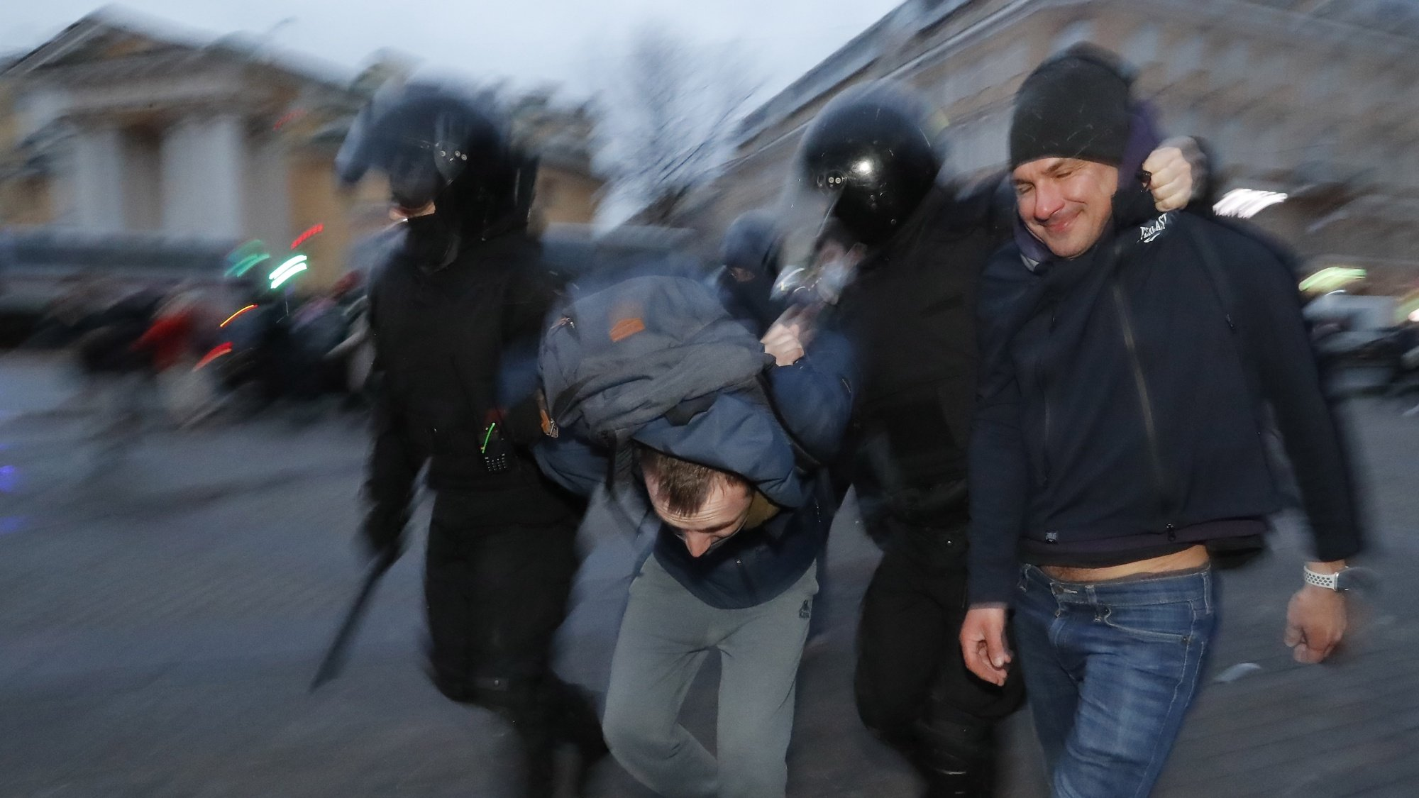 epaselect epa09150807 Russian riot police officers detain men during opposition rally in St. Petersburg, Russia, 21 April 2021. Unauthorized rallies in support of Alexei Navalny are expected to be held throughout Russia. Russian opposition leader Alexei Navalny has been transferred from the penal colony No. 2 (IK-2) in Pokrov, Vladimir region, to the regional prison hospital in IK-3 in Vladimir for receiving vitamin therapy. The decision was taken amid Navalny's hunger strike and announced by his team members fearing for his life.  EPA/ANATOLY MALTSEV