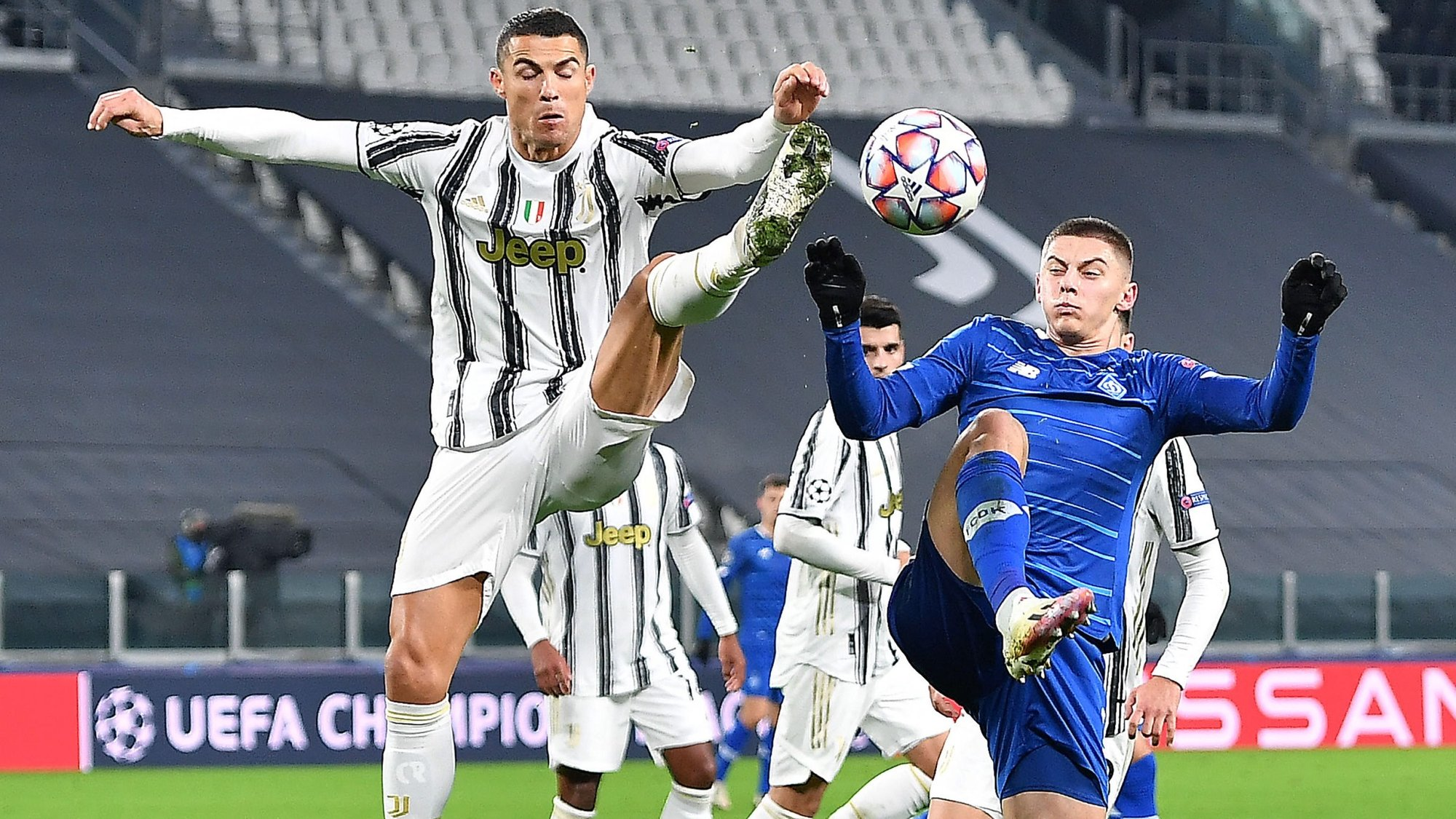 epa08858028 Juventus' Cristiano Ronaldo(L) in action during the UEFA Champions League Group G soccer match between Juventus FC vs FK Dynamo Kyiv at the Allianz Stadium in Turin, Italy, 2 December 2020.  EPA/ALESSANDRO DI MARCO