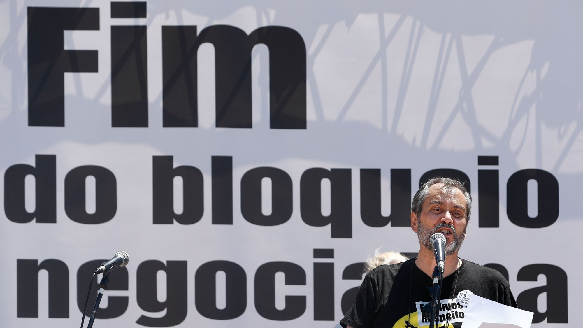 O secretário-geral  da FENPROF (Federação Nacional dos Professores), Mário Nogueira, intervem durante a ação de denúncia do bloqueio negocial imposto na Educação, Lisboa, 25 de junho de 2021.  ANTÓNIO COTRIM/LUSA