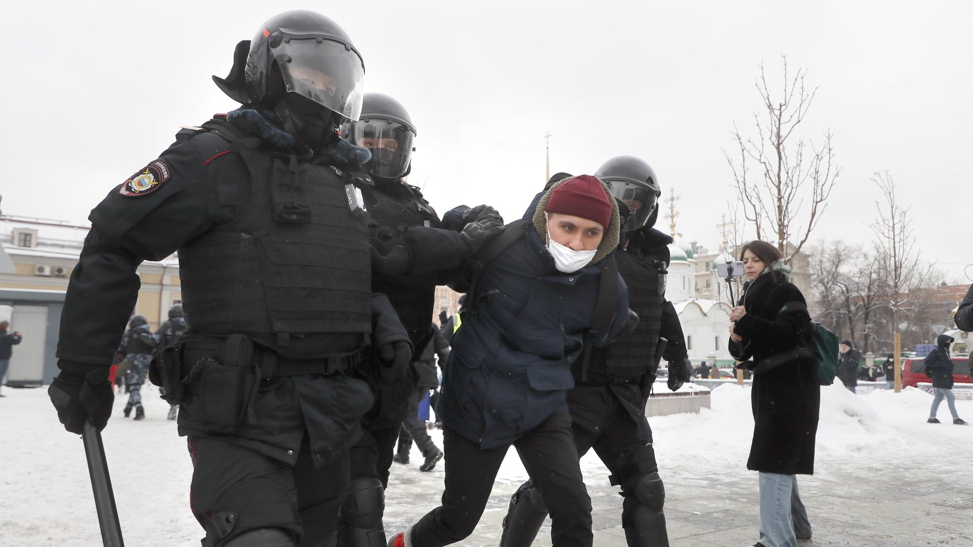 epa08976743 Russian police officers detains protester during an unauthorized protest in support of Russian opposition leader Alexei Navalny, Moscow, Russia, 31 January 2021. Navalny was detained after his arrival to Moscow from Germany on 17 January 2021. A Moscow judge on 18 January ruled that he will remain in custody for 30 days following his airport arrest. Navalny urged Russians to take to the streets to protest. In many Russian cities mass events are prohibited due to an increase in COVID-19 cases.  EPA/SERGEI ILNITSKY