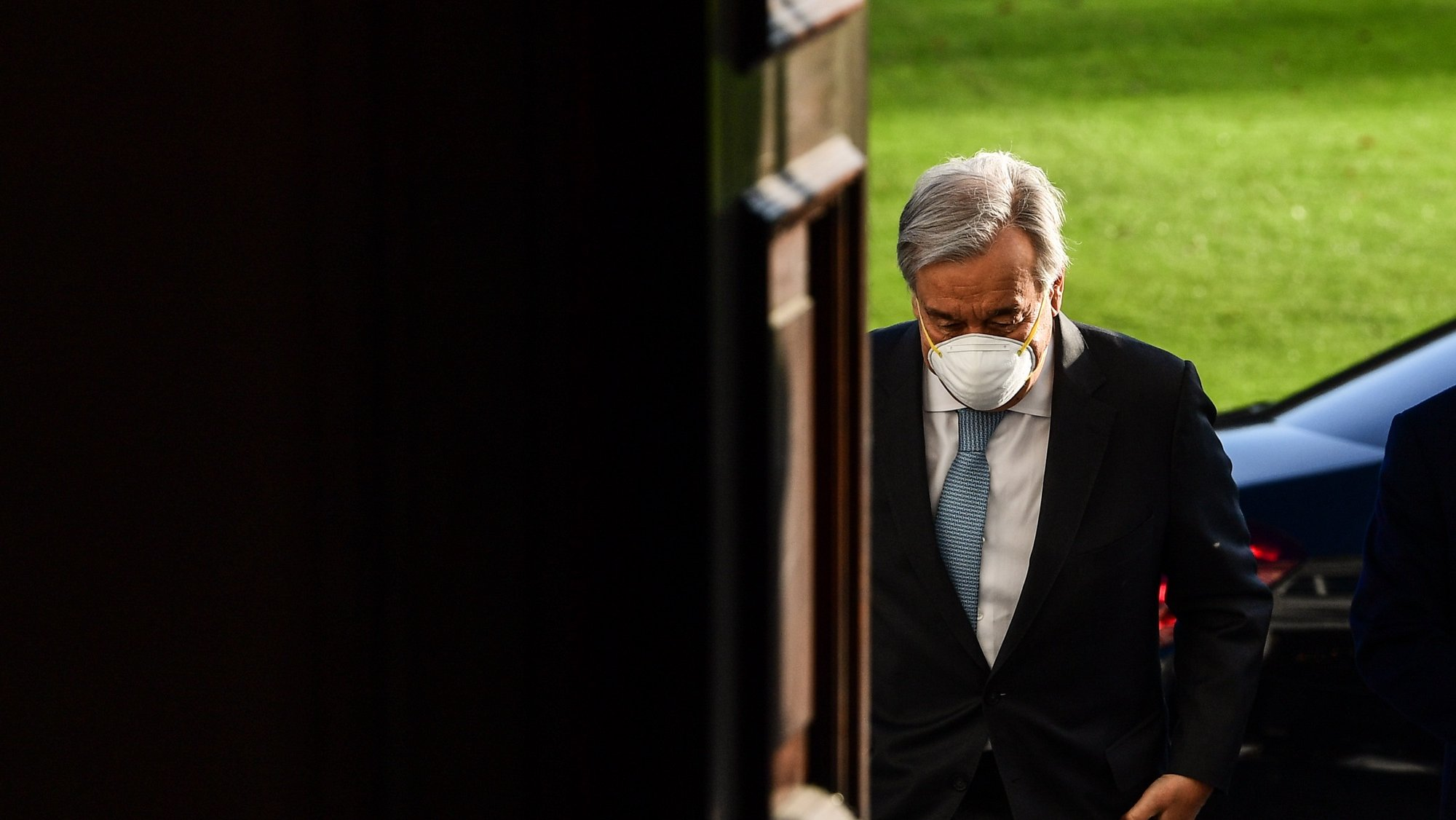 epa08891637 UN Secretary-General Antonio Guterres arrives for a meeting with German President Frank-Walter Steinmeier at Bellevue Palace in Berlin, Germany, 18 December 2020.  EPA/FILIP SINGER