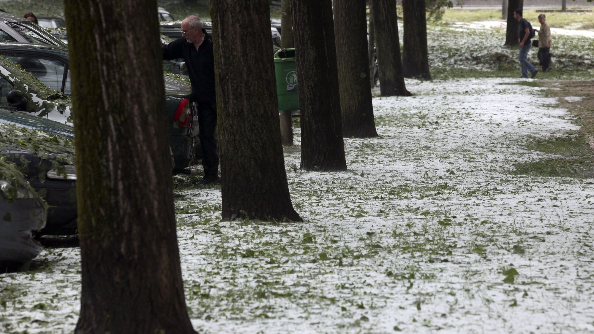 People walks on a park covered with hail after a violent hail storm that hited Lisbon this afternoon covering the streets with a white blanket, Lisbon, Portugal, 29 april 2011.   ANTONIO COTRIM/LUSA