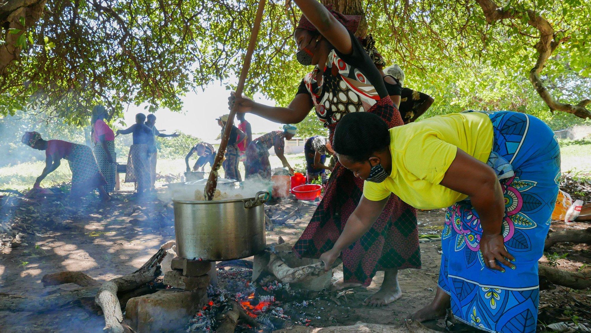 Um grupo de mulheres de Pemba decidiu hoje trabalhar em vez de descansar no feriado do Dia da Mulher Moçambicana, preparando refeições para os deslocados do ataque a Palma, Cabo Delgado, Moçambique, 07 de abril de 2021. Os ataques são só uma ponta do problema que se estende desde as zonas de conflito até Pemba e outras cidades, seguras, mas agora sobrelotadas com a vaga de 700.000 deslocados em três anos e meio de conflito. (ACOMPANHA TEXTO). LUÍS MIGUEL FONSECA/LUSA
