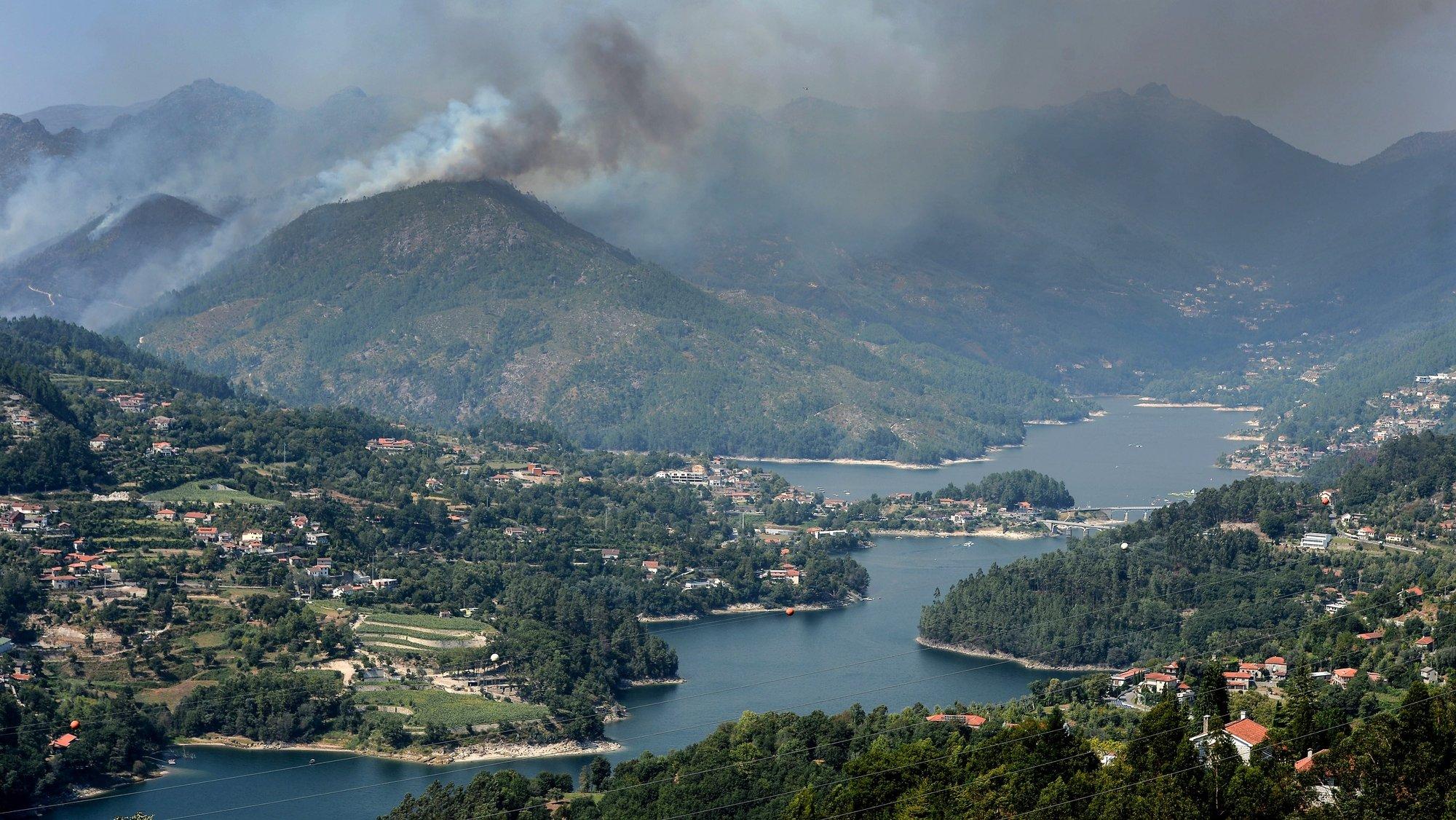 Mais de 100 operacionais, apoiados por dez meios aéreos, combatem um incêndio em Terras do Bouro, distrito de Braga, Parque natural da Peneda Geres..21 agosto 2017.HUGO DELGADO/LUSA
