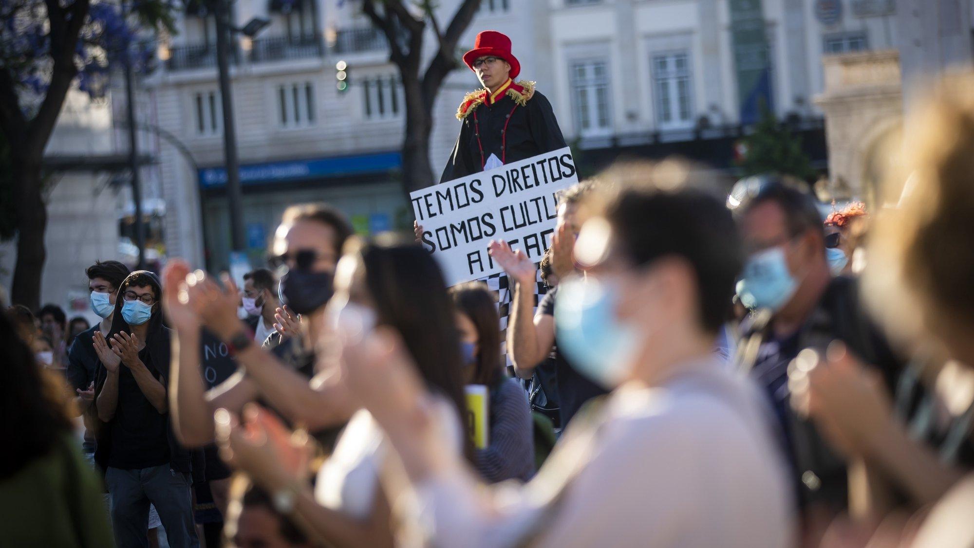 """Manifestação nacional """"Parados, Nunca Calados"""", promovida pelo Manifesto em Defesa da Cultura e pelo Sindicato dos Trabalhadores de Espectáculos, do Audiovisual e dos Músicos, a manifestação exige Serviço Público de Cultura; Toda a cultura para todos e 1% para a Cultura, no Rossio, em Lisboa, 04 de junho de 2020. JOSÉ SENA GOULÃO/LUSA"""