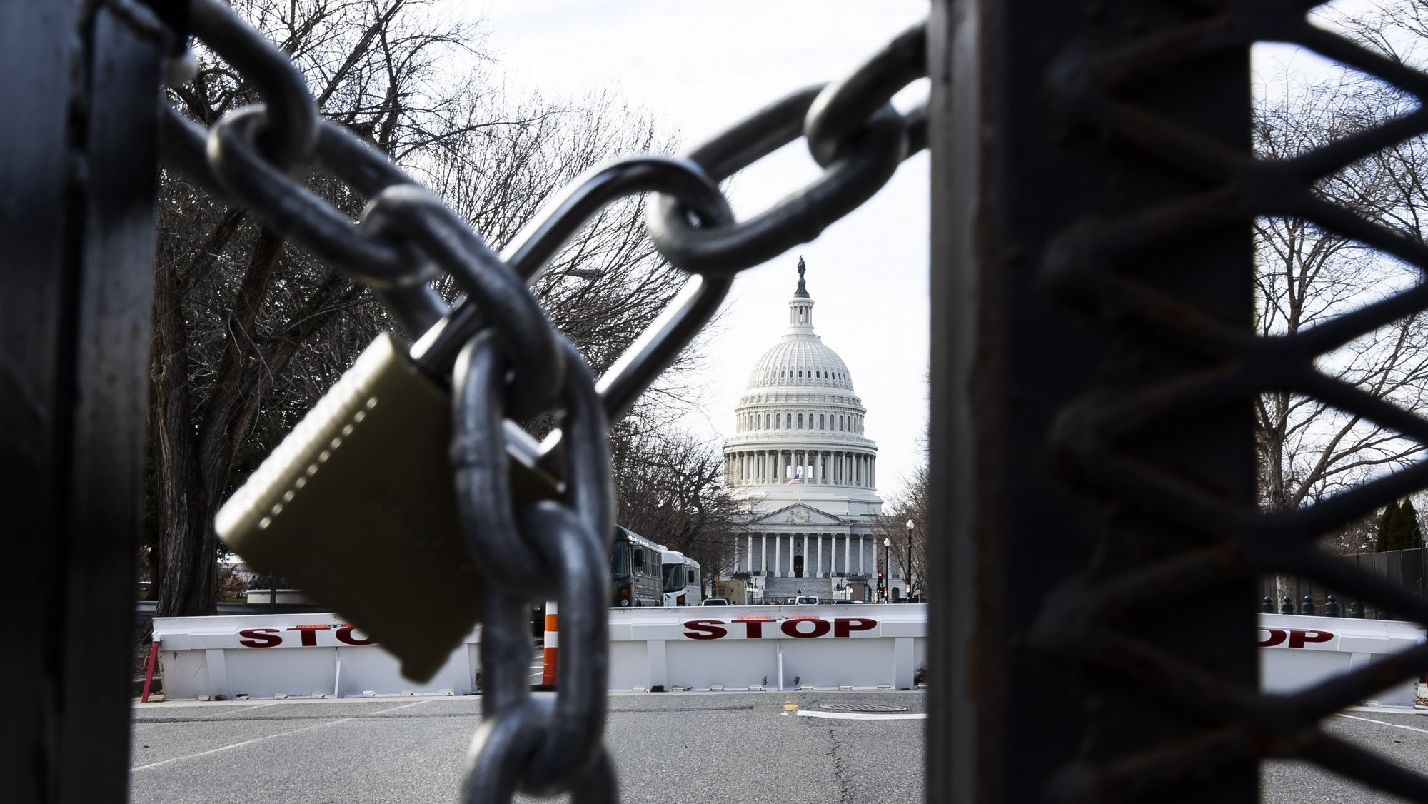 epa08942609 A lock on a security fence around the US Capitol building in Washington, DC, USA, 16 January 2021. At least twenty thousand troops of the National Guard and other security measures are being deployed in Washington to help secure the Capitol area in response to potentially violent unrest around the inauguration of US President-elect Joe Biden.  EPA/JUSTIN LANE