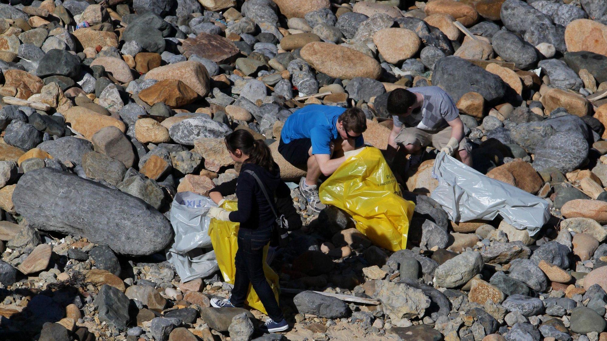 """Cidadãos de Cascais participam na operação de limpeza de praias, 19 março 2011, denominada """"Limpar Portugal, na zona do Guincho, Cascais.      MANUEL DE AlMEIDA / LUSA"""