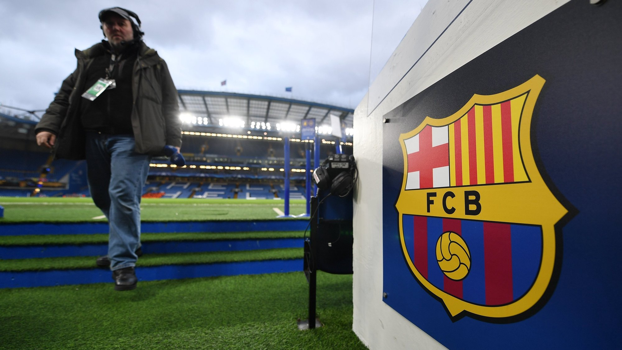 epa06547065 View of the FC Barcelona logo at Stamford Bridge stadium in London, Britain, 20 February 2018, ahead of the UEFA Champions League Round of 16 first leg match between Chelsea FC and FC Barcelona.  EPA/ANDY RAIN