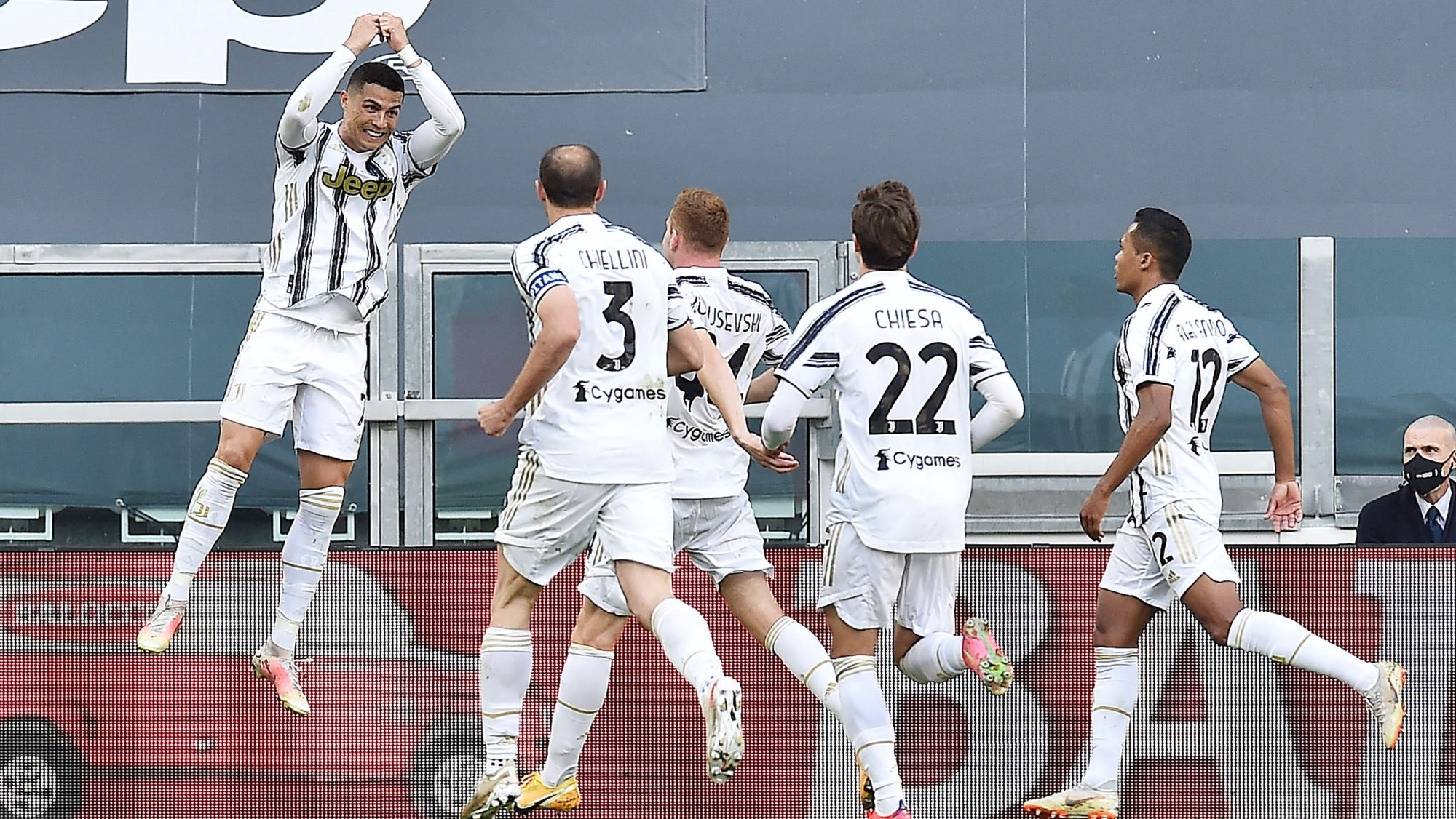 epa09202383 Juventus' Cristiano Ronaldo (L) celebrates with teammates after scoring the 1-0 goal during the Italian Serie A soccer match Juventus FC vs FC Inter at the Allianz Stadium in Turin, Italy, 15 May 2021.  EPA/ALESSANDRO DI MARCO
