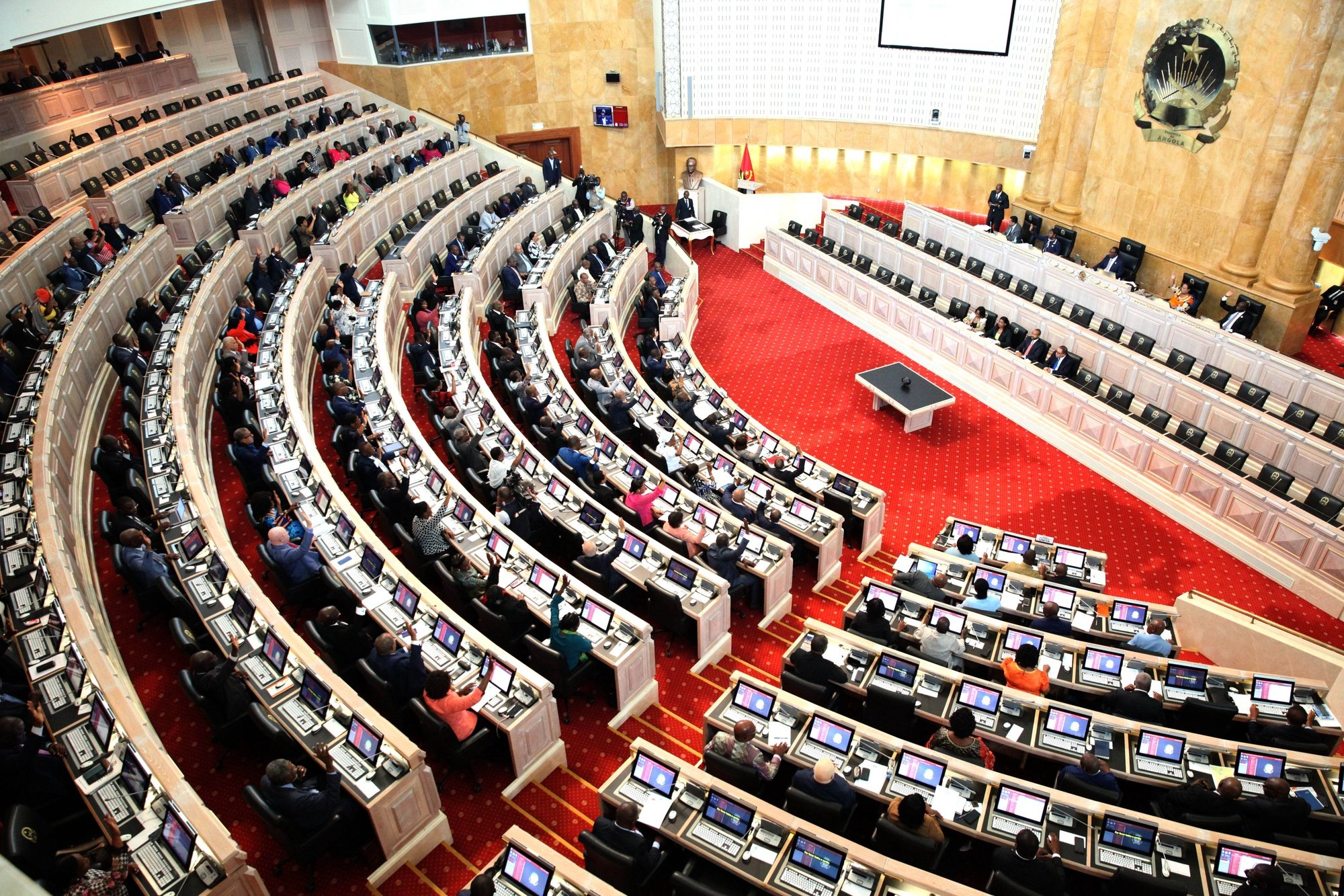 Deputados votam os requerimentos da UNITA e de outros quatro deputados independentes da oposição contra a tomada de posse de Manuel Pereira da Silva (ausente da foto), como novo presidente da Comissão Nacional Eleitoral (CNE), na Assembleia Nacional, em Luanda, Angola, 19 de fevereiro de 2020. As propostas foram chumbadas pelo plenário, com 115 votos contra, 61 a favor e zero abstenções. AMPE ROGÉRIO/LUSA