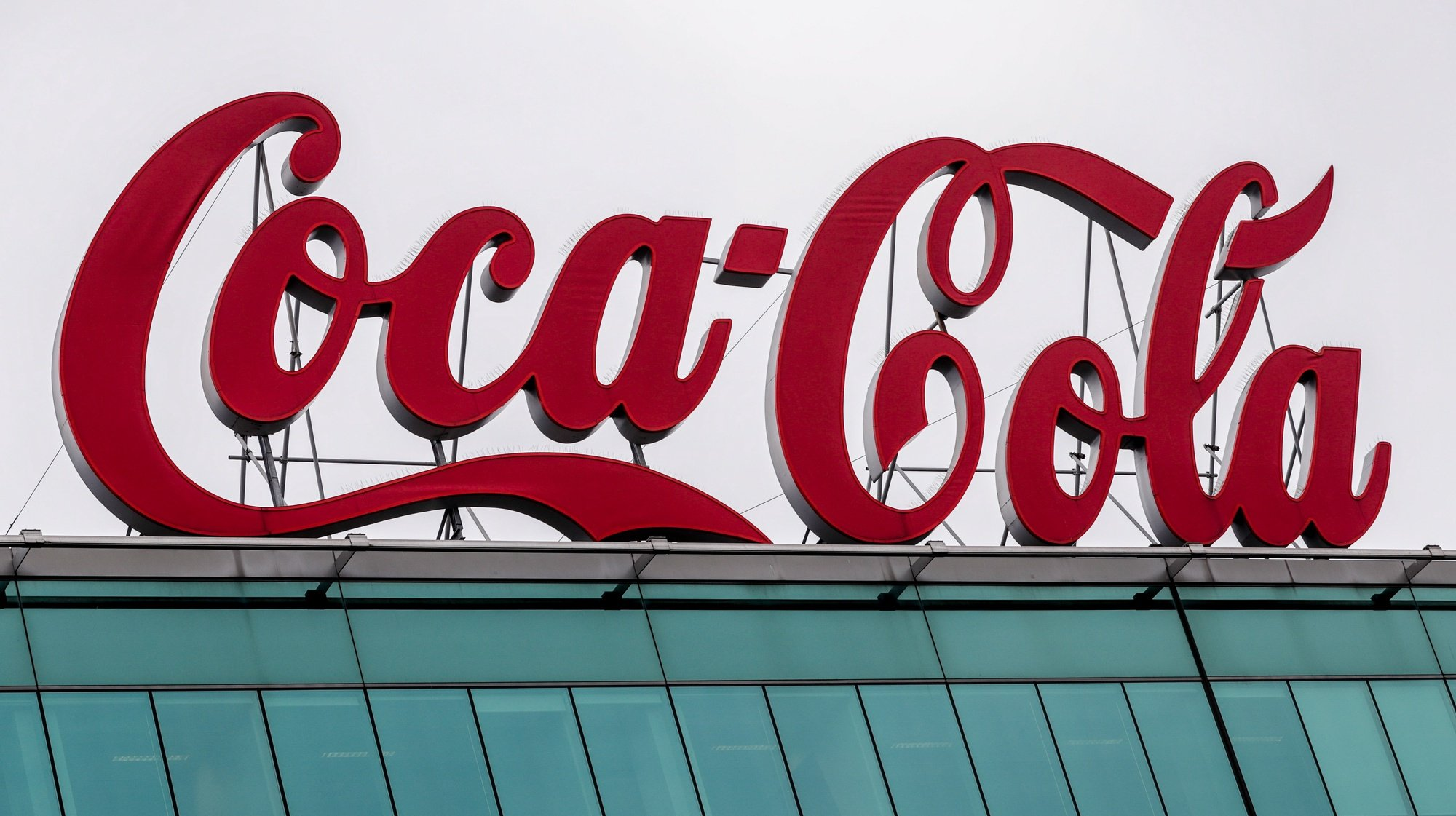 epa08764076 (FILE) - A view of a Coca-Cola logo at the headquarter of Coca-Cola Belgium in Brussels, Belgium, 08 September 2020 (reissued 22 October 2020). Coca Cola is to release their 3rd quarter results on 22 October 2020.  EPA/STEPHANIE LECOCQ *** Local Caption *** 56327286