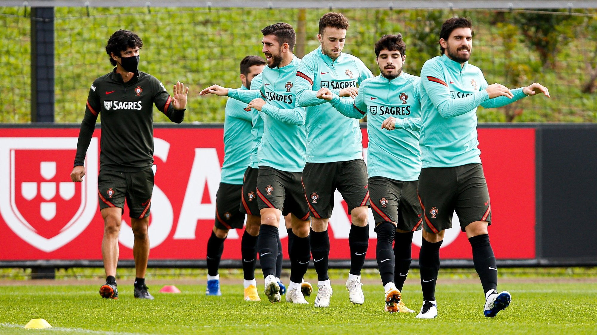 epa08821982 A handout photo made available by Portuguese Football Federation (FPF) shows Portugal players during a training session for the upcoming UEFA Nations League match against Croatia, in Oeiras, Portugal, 15 November 2020.  EPA/DIOGO PINTO / HANDOUT  HANDOUT EDITORIAL USE ONLY/NO SALES