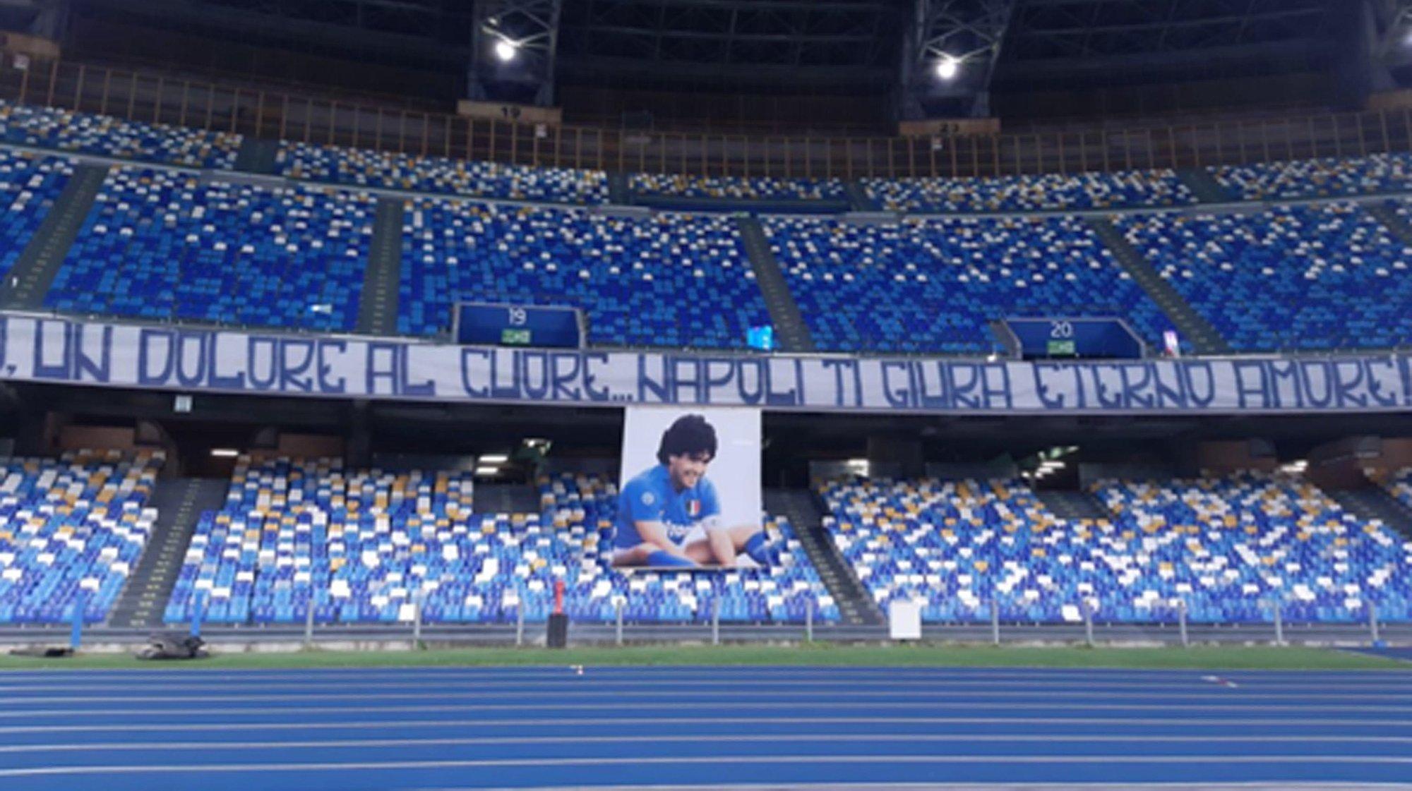 epa08851831 A banner displayed at the San Paolo stadium as a tribute to Diego Armando Maradona prior the Italian Serie A soccer match SSC Napoli vs AS Roma, Naples, Italy,  29 November 2020.  Maradona who played for Napoli died on 25 November 2020 aged 60.  EPA/CIRO FUSCO