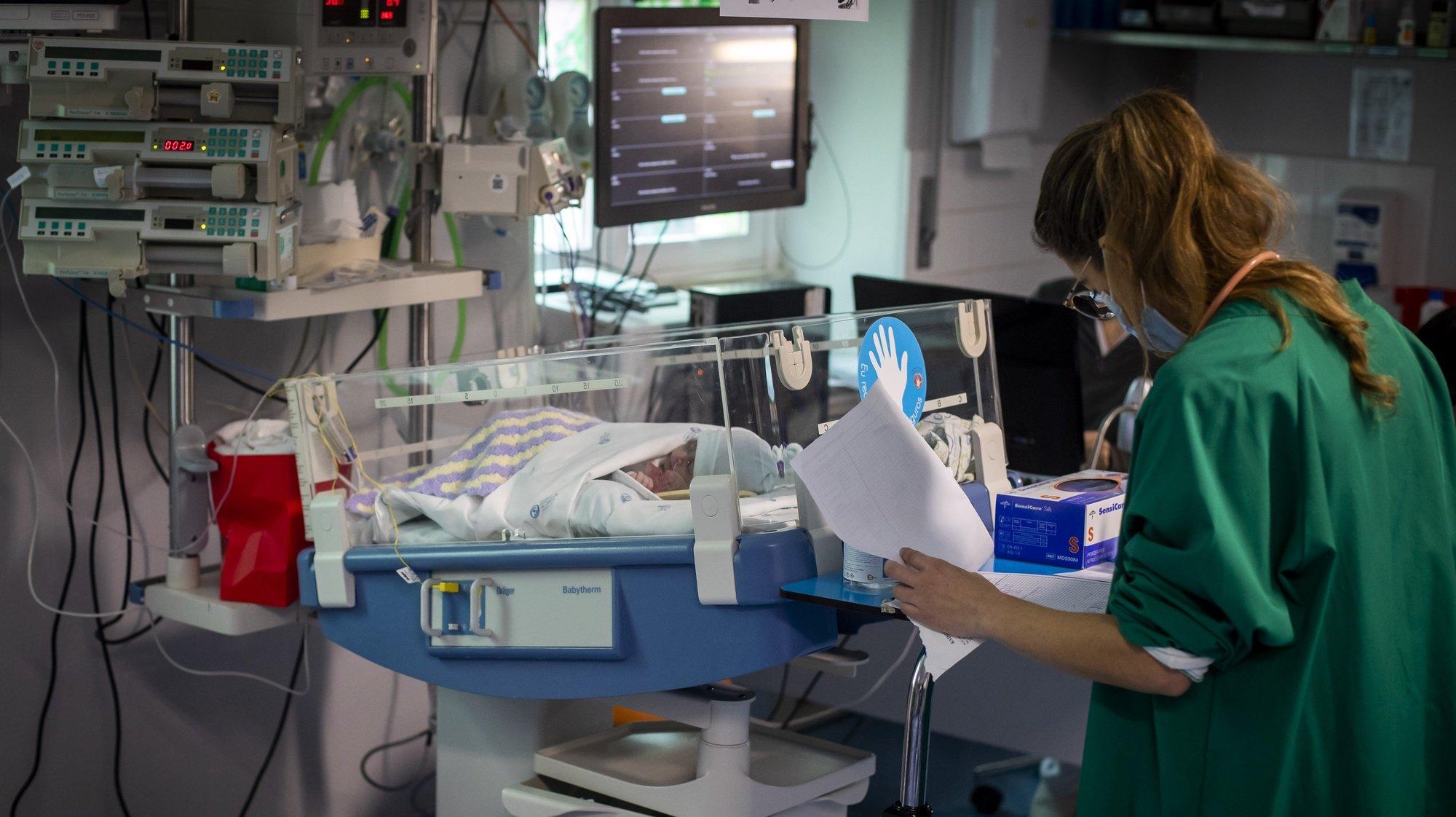 Uma profissional de saúde presta cuidados a um bebé internado no serviço de Cardiologia Pediátrica do Hospital de Santa Marta, no âmbito de uma reportagem sobre sequelas da covid-19 em crianças e adultos na unidade hospitalar, em Lisboa, 10 de fevereiro de 2021. (ACOMPANHA TEXTO DA LUSA DO DIA 13 DE FEVEREIRO DE 2021). JOSÉ SENA GOULÃO/LUSA
