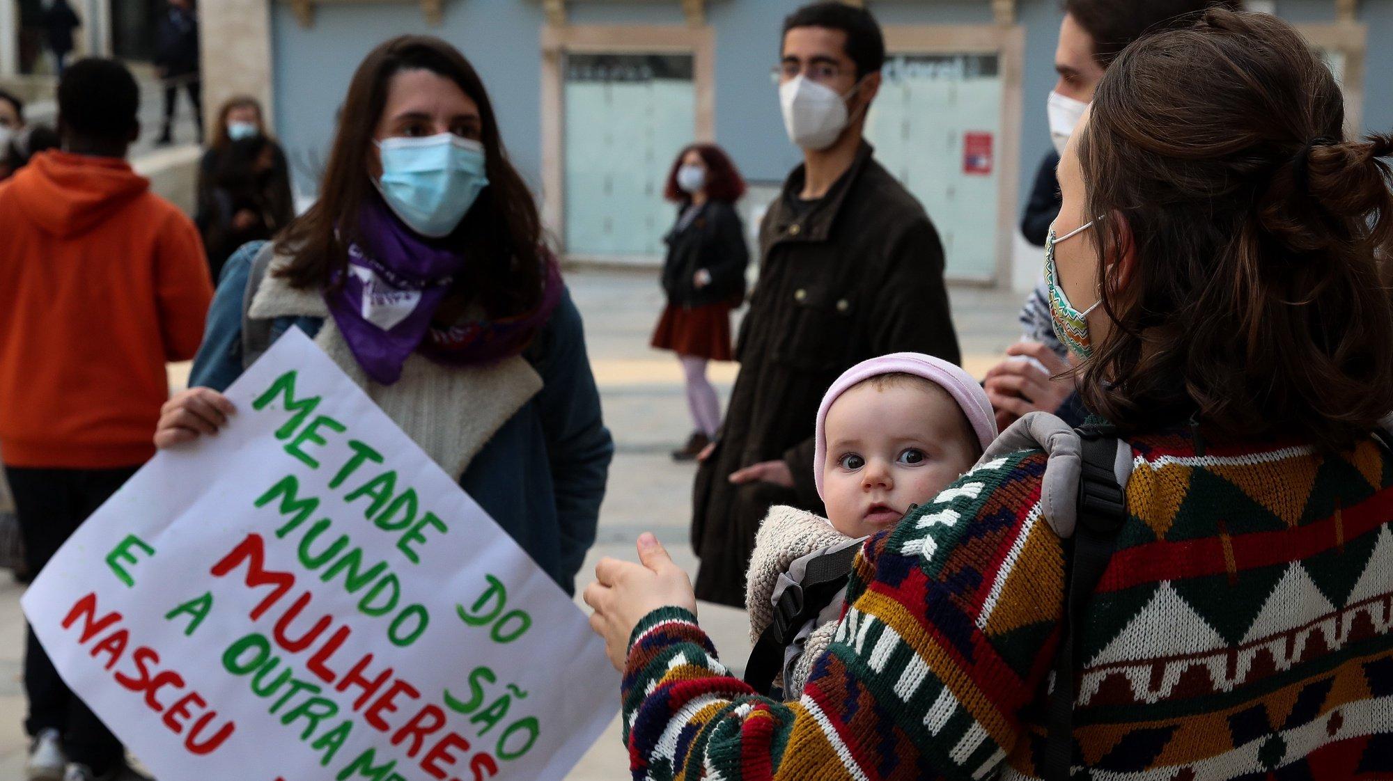 Mulheres durante a concentração organizada pela Rede 8 de Março, a Brigada Estudantil de Coimbra e a Brigada Fernanda Mateus para assinalar o Dia Internacional da Mulher, na Praça 8 de Maio, Coimbra, 8 de março de 2021. PAULO NOVAIS/LUSA