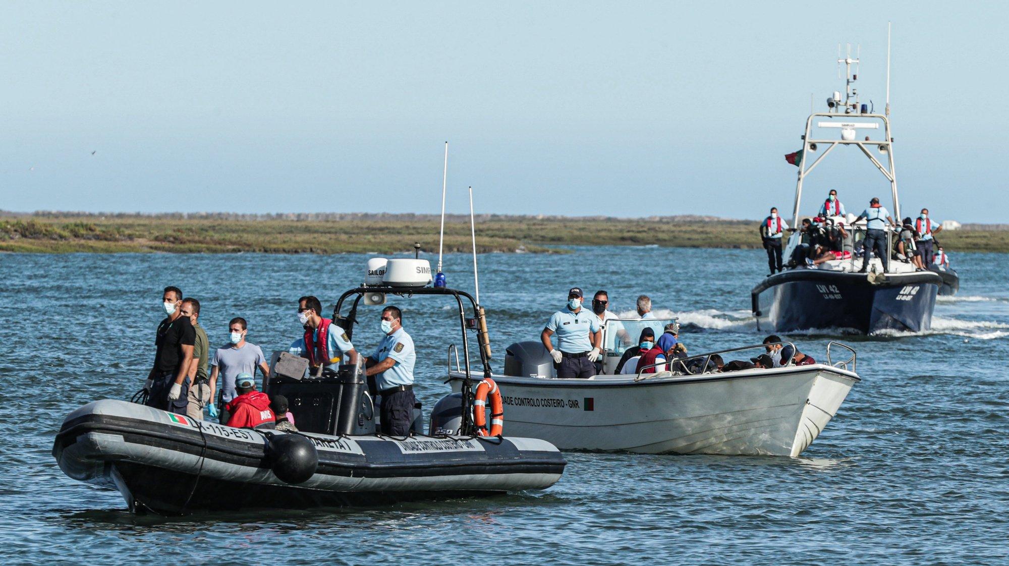 """As autoridades intercetaram o grupo de migrantes que desembarcou ilegalmente ao início da tarde na ilha Deserta, em Faro, e que se colocou em fuga de seguida, disse à Lusa fonte da Autoridade Marítima, Faro, 15 de setembro de 2020. Segundo o comandante da Zona Marítima do Sul, o grupo de 28 migrantes, alegadamente proveniente de Marrocos e que inclui três mulheres, estava às 16:30 """"em trânsito para o cais comercial de Faro a bordo de embarcações da Polícia Marítima e da GNR"""". LUÍS FORRA /LUSA"""