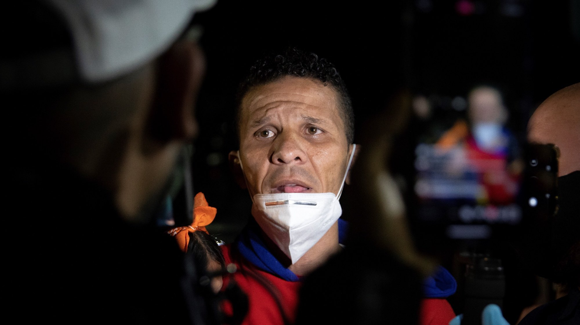 epa08638218 Opposition lawmaker Gilber Caro (C) speaks to the media after being released, at the headquarters of the Special Actions Forces of the Bolivarian National Police, in Caracas, Venezuela, 31 August 2020. Venezuelan authorities began to release prisoners on the evening of 31 August who were pardoned hours before by presidential decree made by President of Venezuela Nicolas Maduro, by which 110 people will receive various benefits, such as release or dismissal of charges.  EPA/RAYNER PENA R