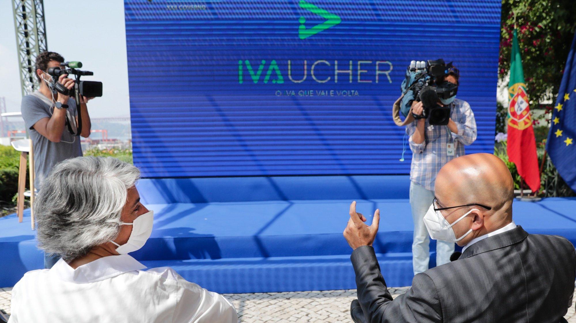 O ministro de Estado e das Finanças, João Leão (D), e a ministra da Cultura, Graça Fonseca (E), participam na apresentação do Programa IVAucher, plano de dinamização do consumo nos setores do turismo e da cultura, no Museu de Arte Antiga, em Lisboa, 31 de maio de 2021. TIAGO PETINGA/LUSA