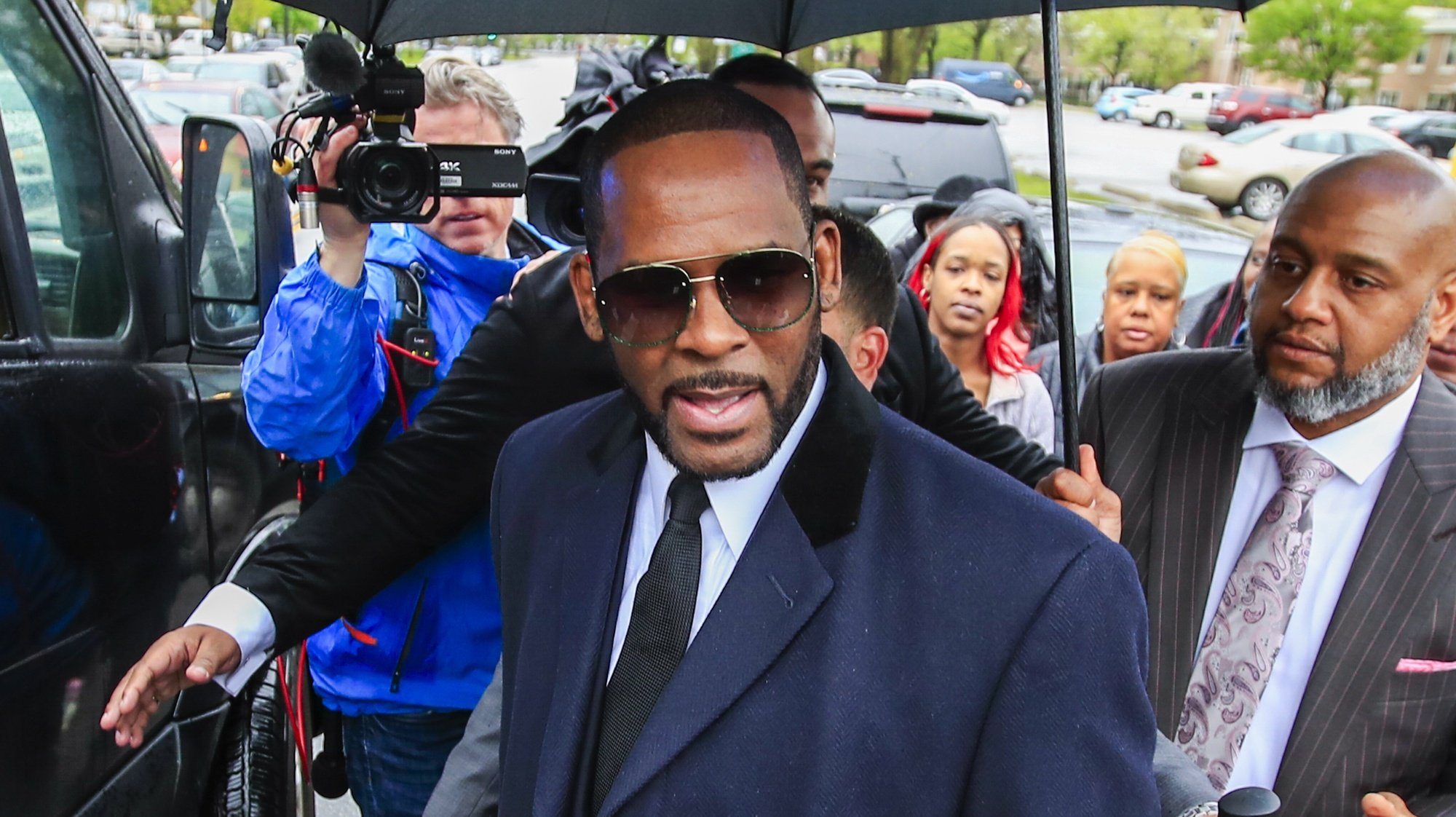 epa09492087 (FILE) - US R&B singer R. Kelly approaches his vehicles as he leaves court at the Leighton Criminal Courts building after a status hearing on his sexual assault charges in Chicago, Illinois, USA, 07 May 2019 (reissued 27 September 2021). R. Kelly, whose full name is Robert Sylvester Kelly, has been found guilty of racketeering and sex trafficking charges by a US jury on 27 September 2021.  EPA/TANNEN MAURY *** Local Caption *** 55175284