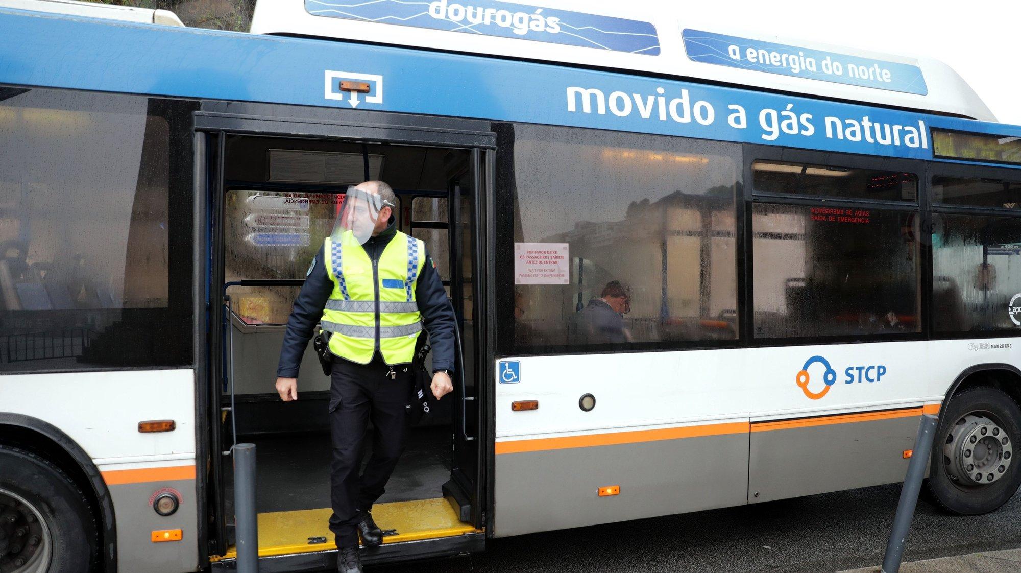 Agentes da PSP fiscaliza os passageiros de um autocarro da STCP junto à ponte D. Luis I no Porto para fiscalizar a mobilidade entre concelhos limítrofes para o cumprimento do dever geral de isolamento devido à pandemia Covid-19, 01 maio 2020. ESTELA SILVA/LUSA