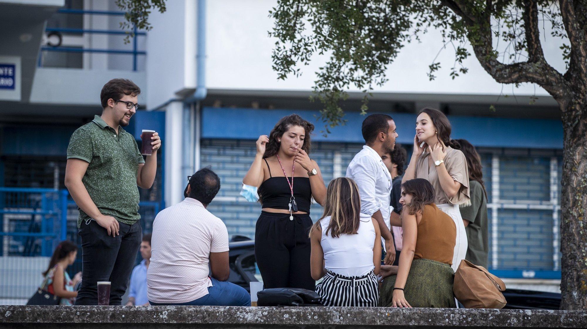 Grupos de jovens reúnem-se ao final da tarde junto à Faculdade de Ciências, na Cidade Universitária de Lisboa, atropelando as regras, já que estão proibidos os ajuntamentos de mais de 10 pessoas e não é permitido beber álcool na via pública na Área Metropolitana de Lisboa, onde tem vigorado o estado de contingência, devido à pandemia de covid-19, Lisboa, 10 de setembro de 2020.  (ACOMPANHA TEXTO DE 12/09/2020) JOSÉ SENA GOULÃO/LUSA