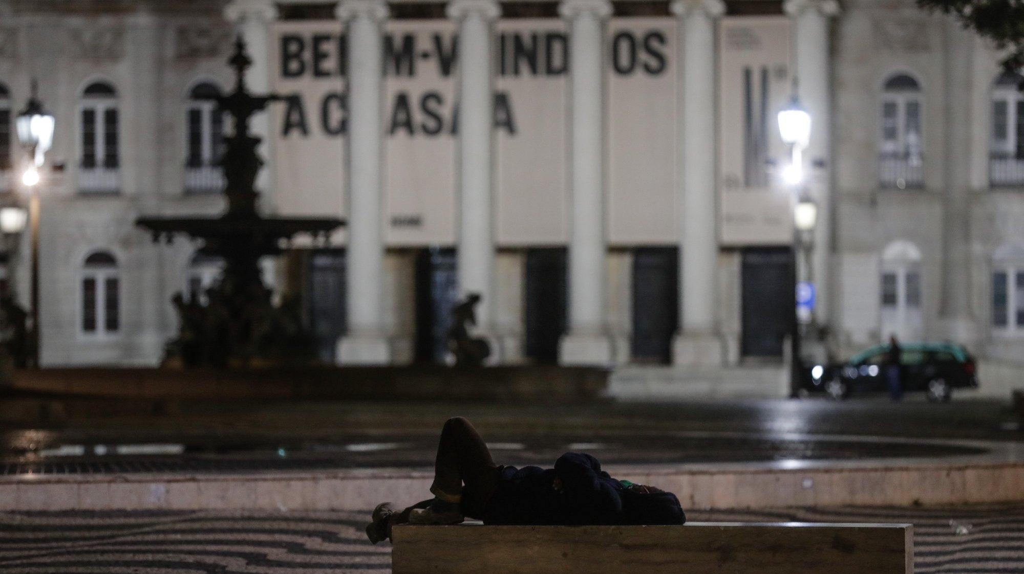 Um sem-abrigo dorme na praça do Rossio no recolher obrigatório do estado de emergência no âmbito das medidas de contenção da covid-19, Lisboa, 9 de novembro de 2020. O Presidente da República, Marcelo Rebelo de Sousa, decretou o estado de emergência em Portugal, por 15 dias, a partir de hoje para permitir medidas de contenção da covid-19. TIAGO PETINGA/LUSA