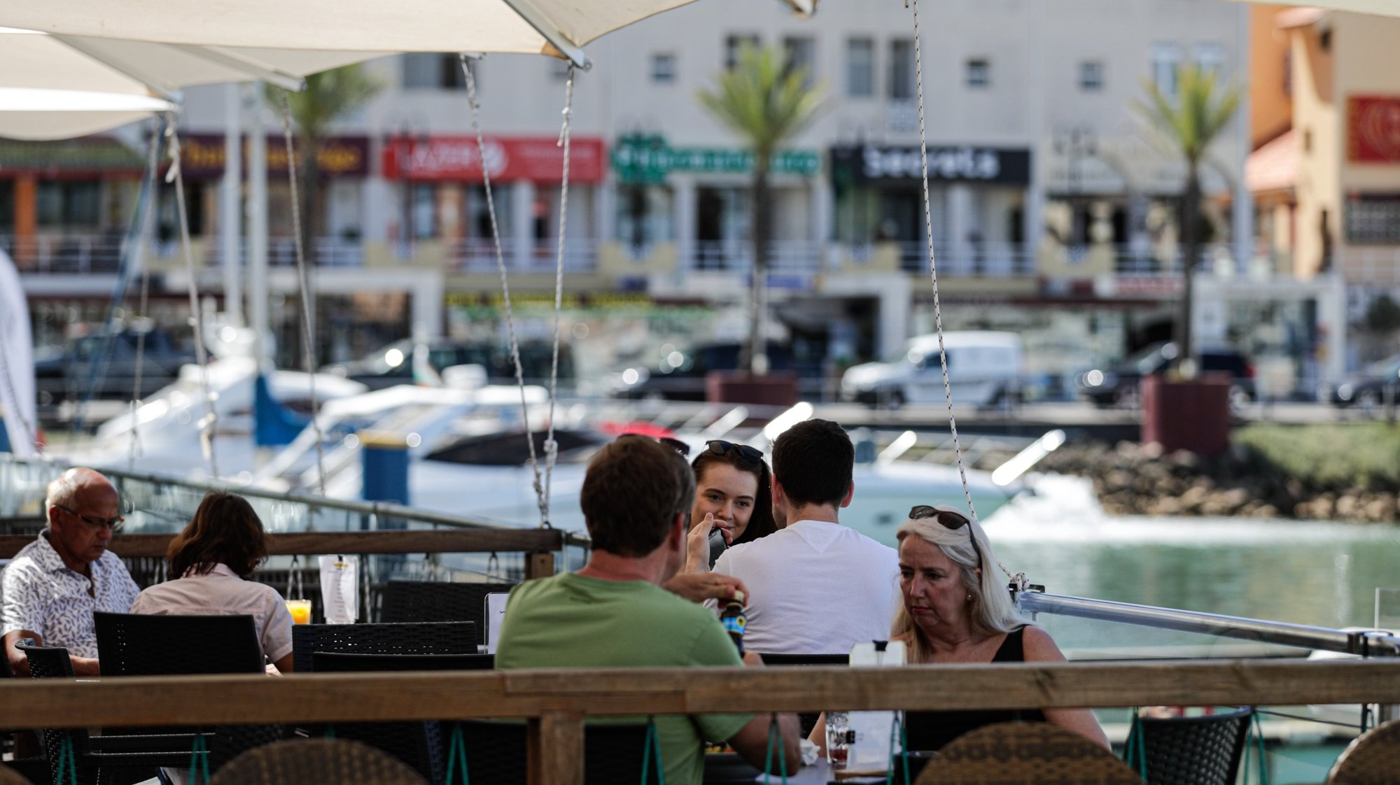Turistas almoçam na marina de Vilamoura, 19 de maio de 2021. Dando início aos planos de retomada do turismo, Portugal passou a permitir na segunda - feira, 17 de maio, viagens não essenciais do Reino Unido e de países da União Europeia, o que fez com que muitos turistas se deslocassem de férias para o Algarve.   (ACOMPANHA TEXTO) LUÍS FORRA/LUSA