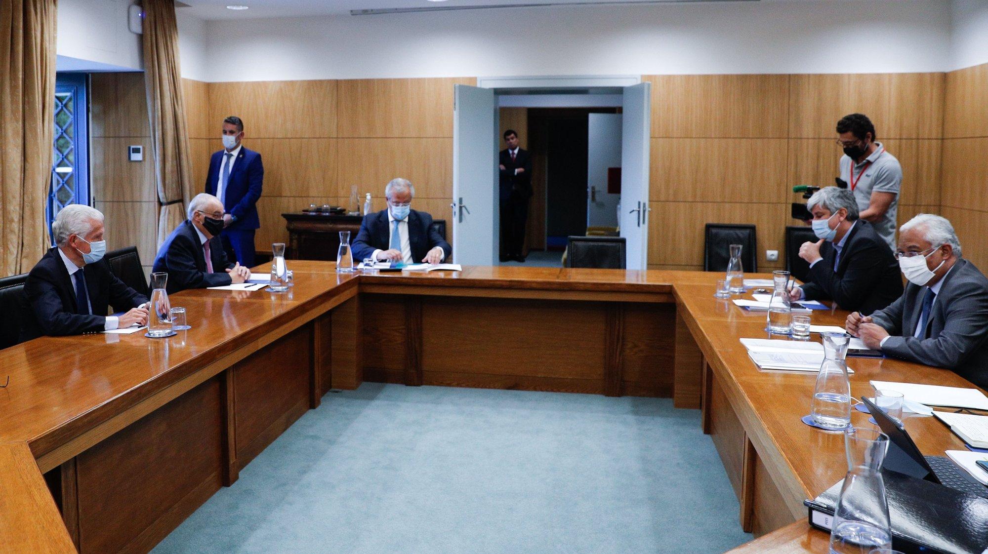 O primeiro-ministro, António Costa (D), acompanhado pelo ministro das Finanças, Mário Centeno (2-D), recebe na residência oficial de S. Bento representantes  da CCP (Confederação do Comércio e Serviços de Portugal), CIP (Confederação Empresarial de Portugal), CAP (Confederação dos Agricultores de Portugal) e CTP (Confederação do Turismo de Portugal), Lisboa, 27 de maio de 2020. Desde o dia 03 de maio, o país entrou em situação de calamidade, depois de três períodos consecutivos em estado de emergência desde 19 de março. ANTÓNIO COTRIM/LUSA