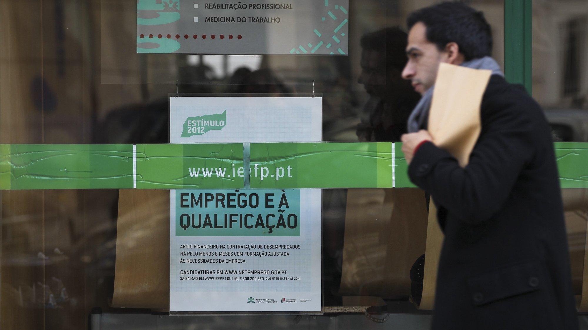 Um popular passa por um Centro de Emprego em Lisboa, 28 novembro 2012. JOSÉ SENA GOULÃO / LUSA