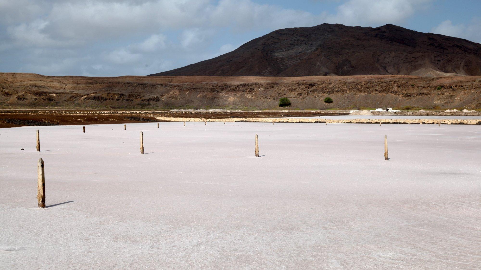 Salinas do complexo industrial salineiro de Pedra de Lumena, na cratera de um vulcão na ilha do Sal, querem ser património da Unesco, Cabo Verde, 12 de março de 2021. O secular complexo industrial salineiro de Pedra de Lume, ilha cabo-verdiana do Sal, ainda hoje produz sal para exportação, por entre turistas a banhos em salinas na cratera de um vulcão, mas já está de olhos postos numa classificação como património da UNESCO. (ACOMPANHA TEXTO DA LUSA DO DIA 15 DE MARÇO DE 2021). FERNANDO DE PINA/LUSA