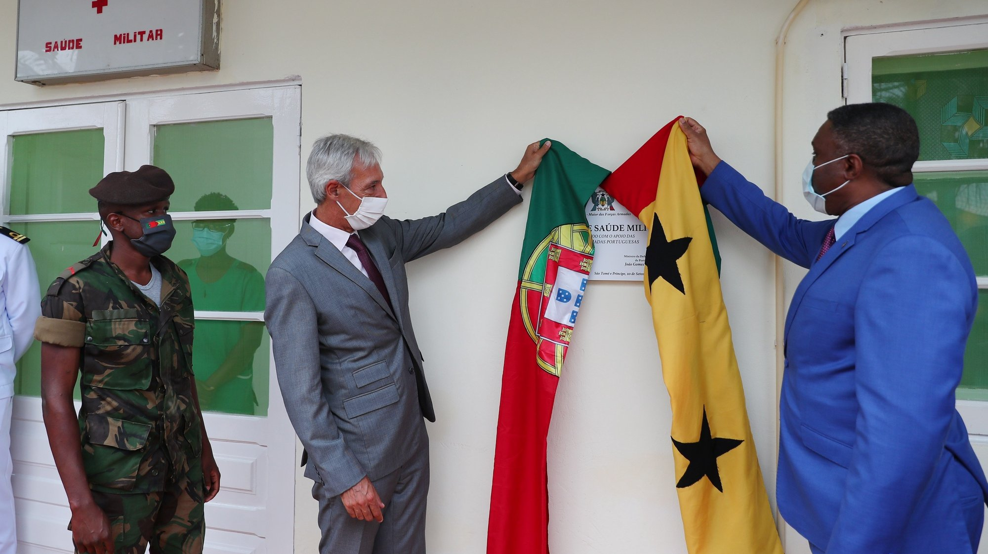 O ministro da Defesa Nacional, João Gomes Cravinho (E), e o primeiro-ministro de São Tomé e Príncipe, Jorge Bom Jesus (que assume interinamente as funções de ministro da Defesa e Ordem Interna), durante a  inauguração das obras do Centro de Saúde Militar das Forças Armadas de São Tomé e Príncipe, que contaram com o apoio das Forças Armadas Portuguesas, São Tomé, 10 de setembro de 2021. NUNO VEIGA/LUSA