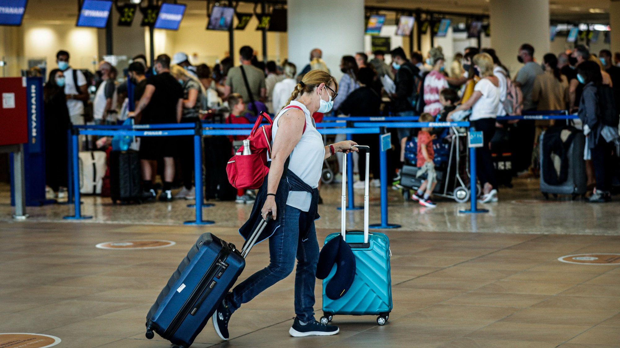 British people gather at Faro Airport as they interrupt their holidays in the Algarve and return home due to the British government's new rules about the covid-19 pandemic, Faro, Portugal, 7 June 2021. LUÍS FORRA/LUSA