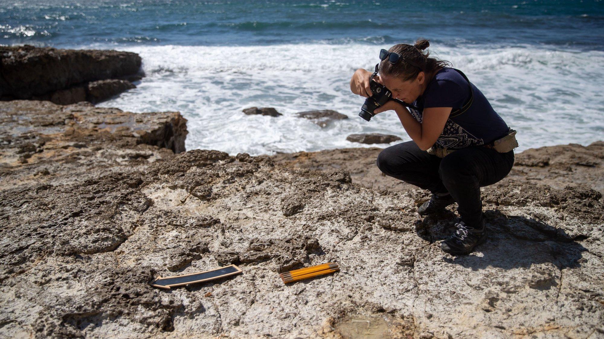 Investigadores que se encontram a desenvolver trabalho de campo na zona do Cabo Espichel, Sesimbra, acreditam que é possível encontrar ovos de dinossauro naquele local, à semelhança do que aconteceu na Lourinhã, e também de crocodilo, Sesimbra, 08 de julho de 2021. As camadas geológicas que constituem as escarpas do Cabo Espichel revelam, ao olhar do geólogo, potencial para encontrar ossos e ovos dos animais que há 129 milhões de anos ali deixaram impressas as pegadas que os investigadores estão hoje a seguir. (ACOMPANHA TEXTO DE 15 DE JULHO DE 2021). JOSÉ SENA GOULÃO/LUSA
